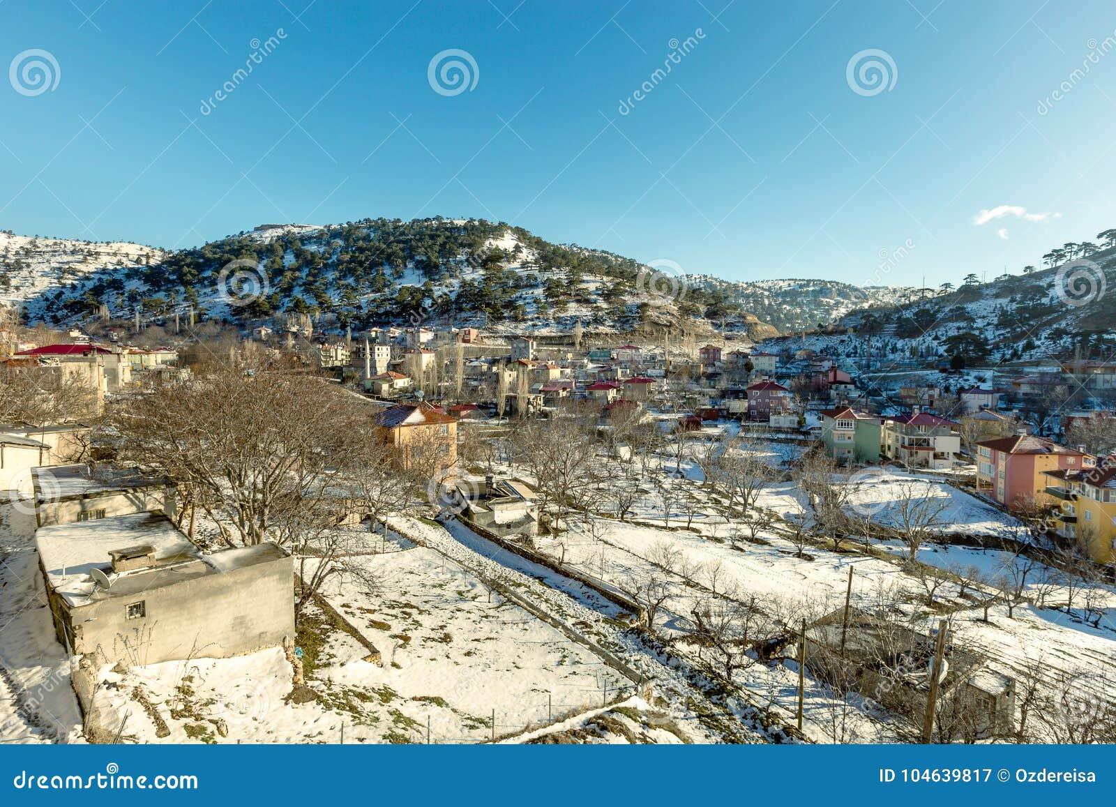 Download De Mening Van Sneeuw Behandelde Huizen Bij Sertavul-bergpas Stock Afbeelding - Afbeelding bestaande uit district, nave: 104639817