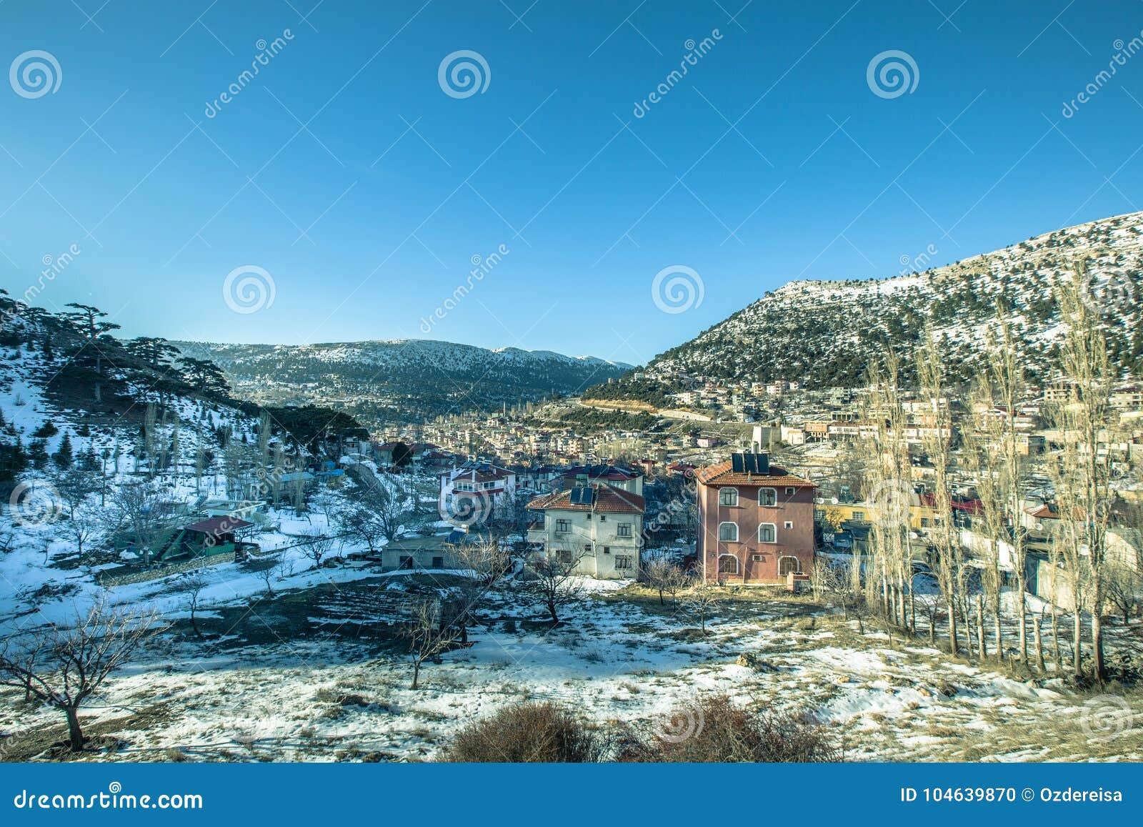 Download De Mening Van Sneeuw Behandelde Huizen Bij Sertavul-bergpas Stock Foto - Afbeelding bestaande uit anatolië, landelijk: 104639870