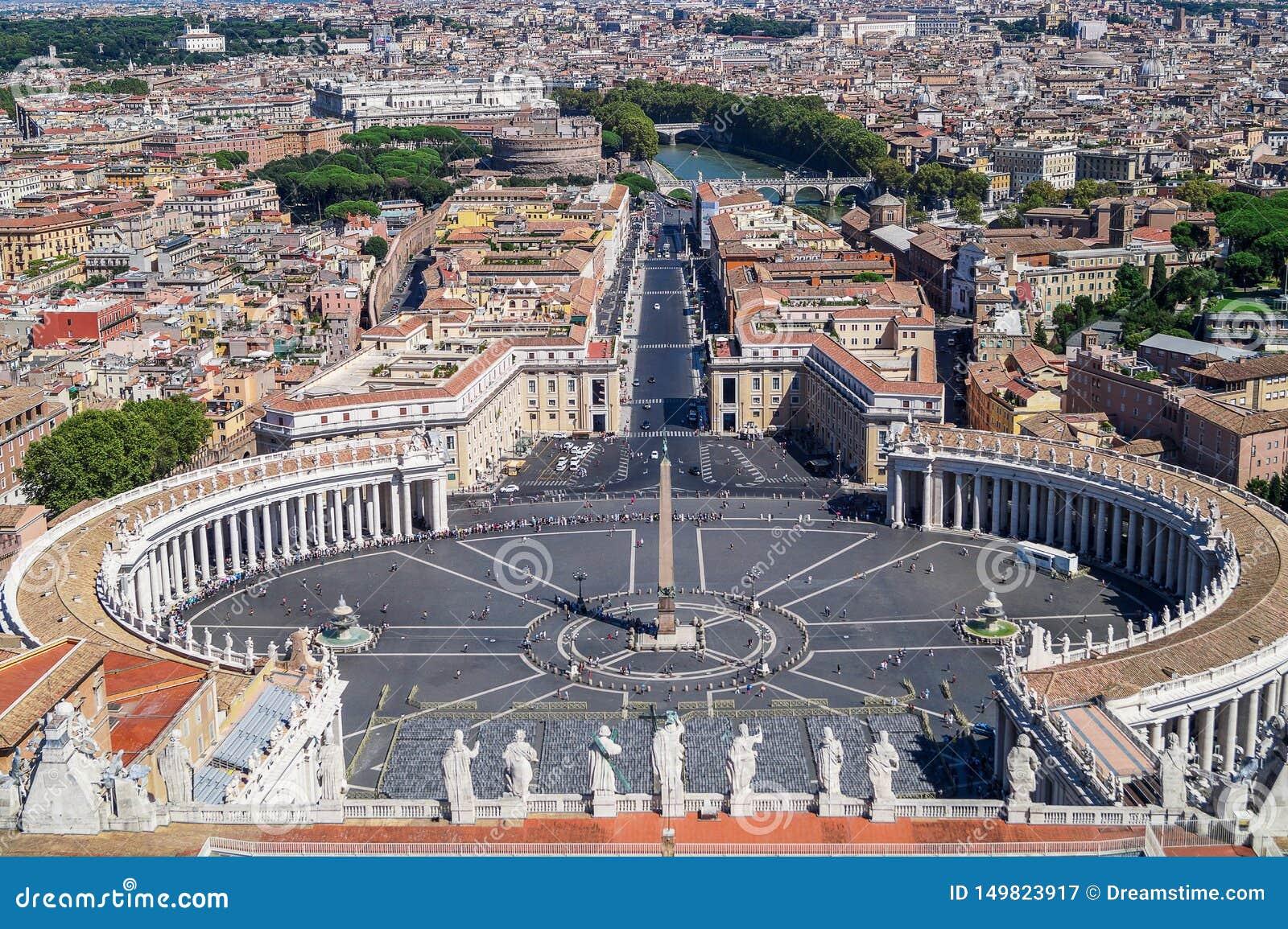 De mening van de St Peter Basiliek over het St Peter Vierkant en de stad van Rome