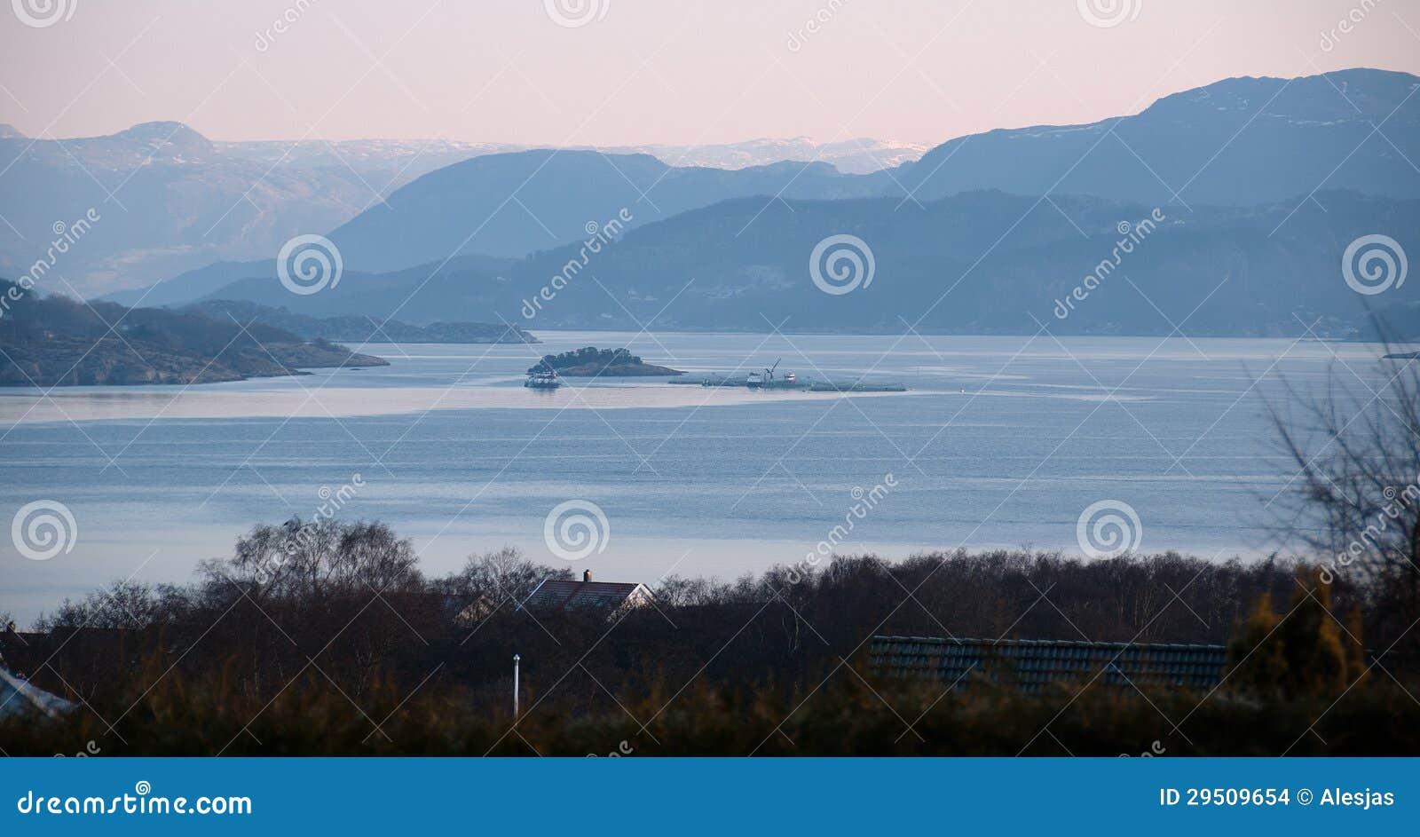 De mening van viskwekerij in een fjord