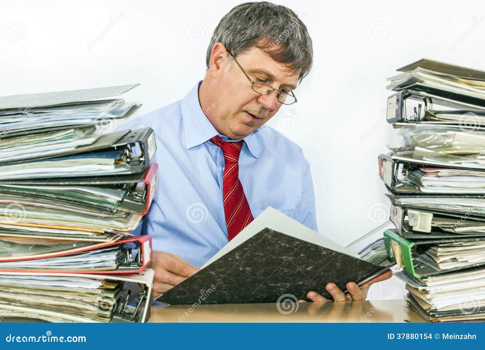 De mens bestudeert omslag met dossiers bij