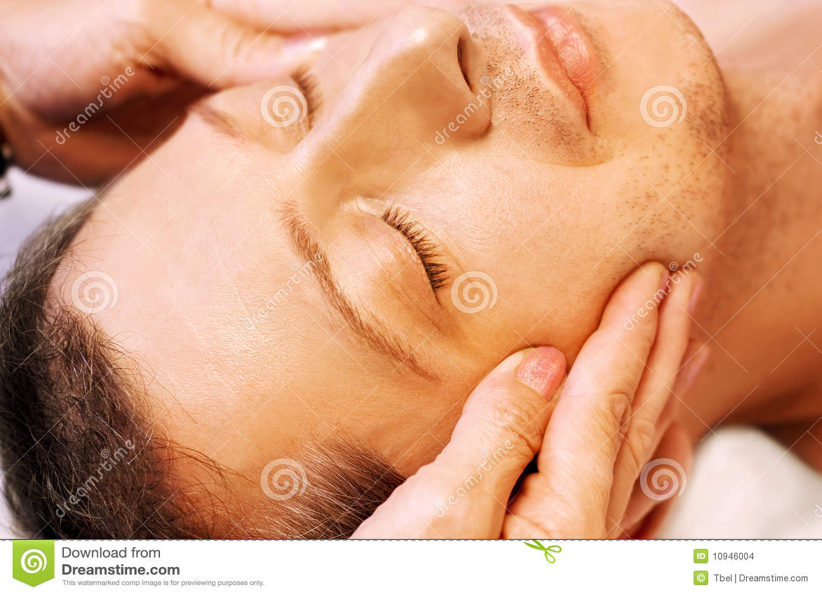 De mens die, krijgt massage, reiki, acupressure ligt