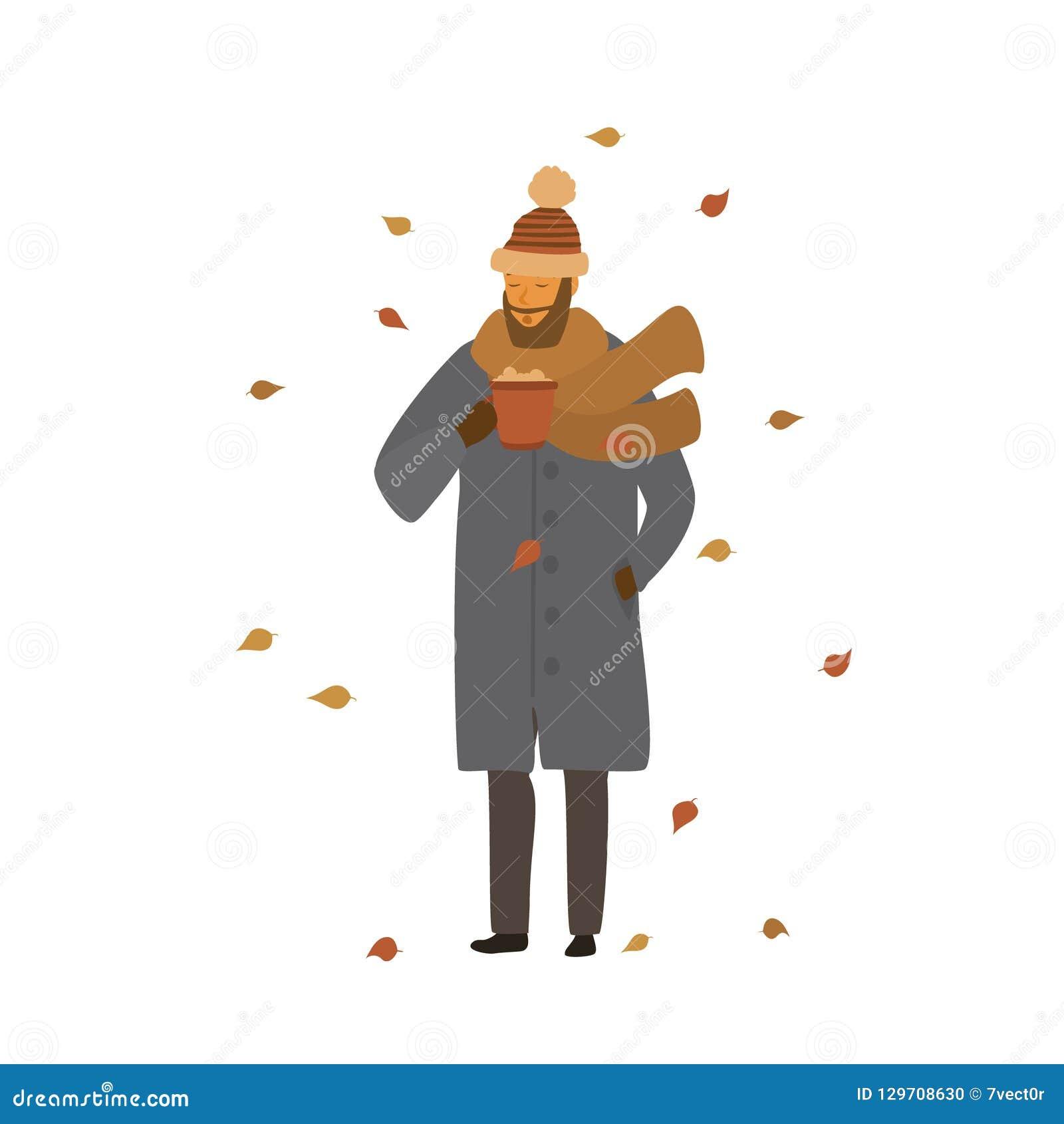 De mens die met hete drank in een mok in het park onder de dalende droge herfst opwarmen gaat weg
