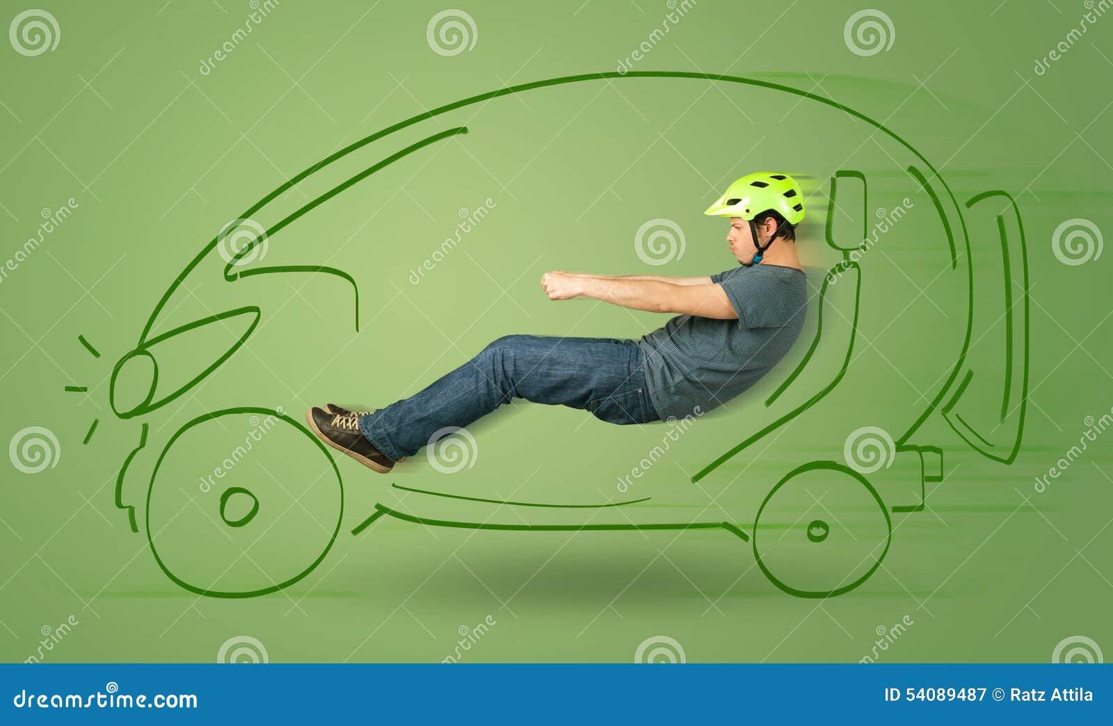 De mens drijft een eco friendy elektrische hand getrokken auto