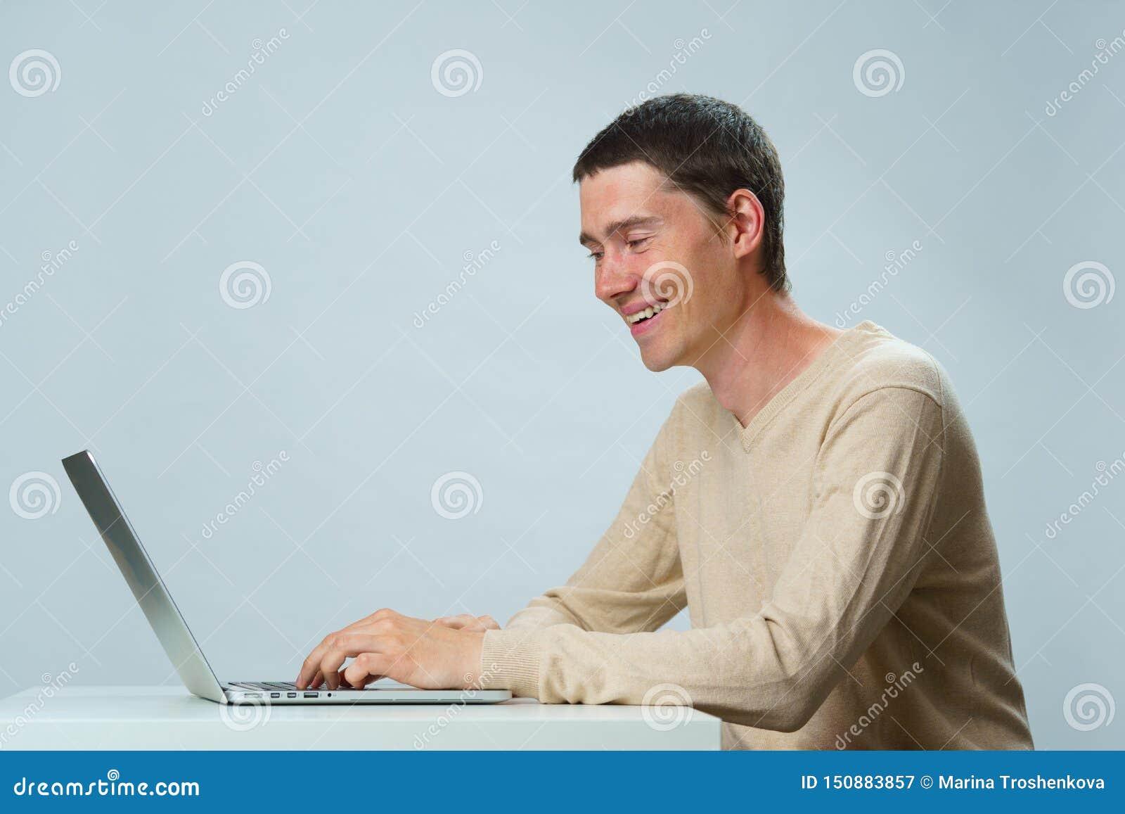 De mens gebruikt laptop voor mededeling in praatje of videopraatje Sociaal media concept