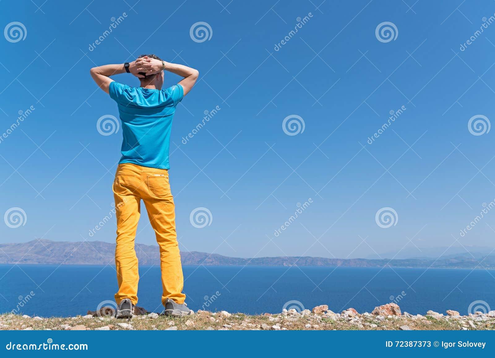 De mens geniet van zijn vakantie dichtbij het overzees