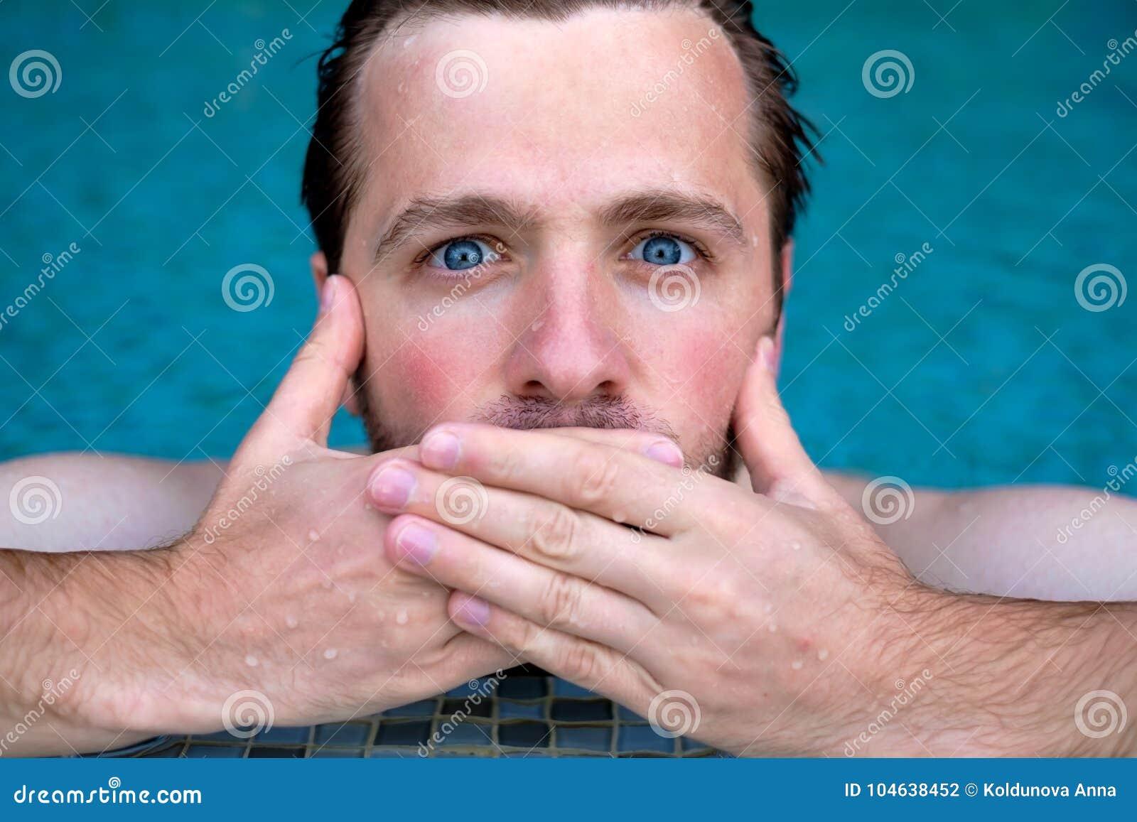 Download De Mens Is Geschokt Met Nieuws Hij Sluit Zijn Mond Hij Zwemt In Pool Tijdens Vakantie Stock Foto - Afbeelding bestaande uit volwassen, levensstijl: 104638452