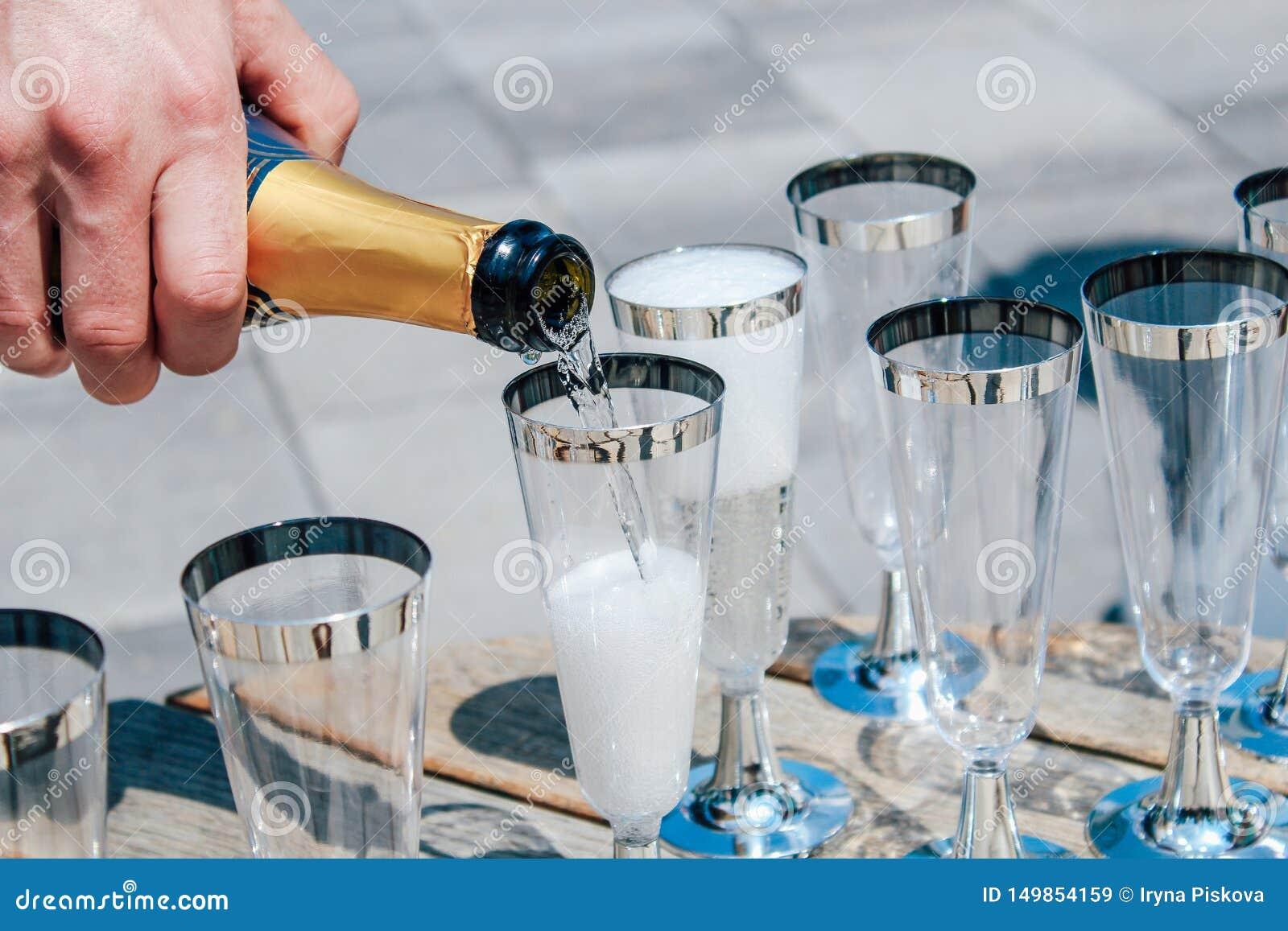 De mens giet champagne in glazen Close-up