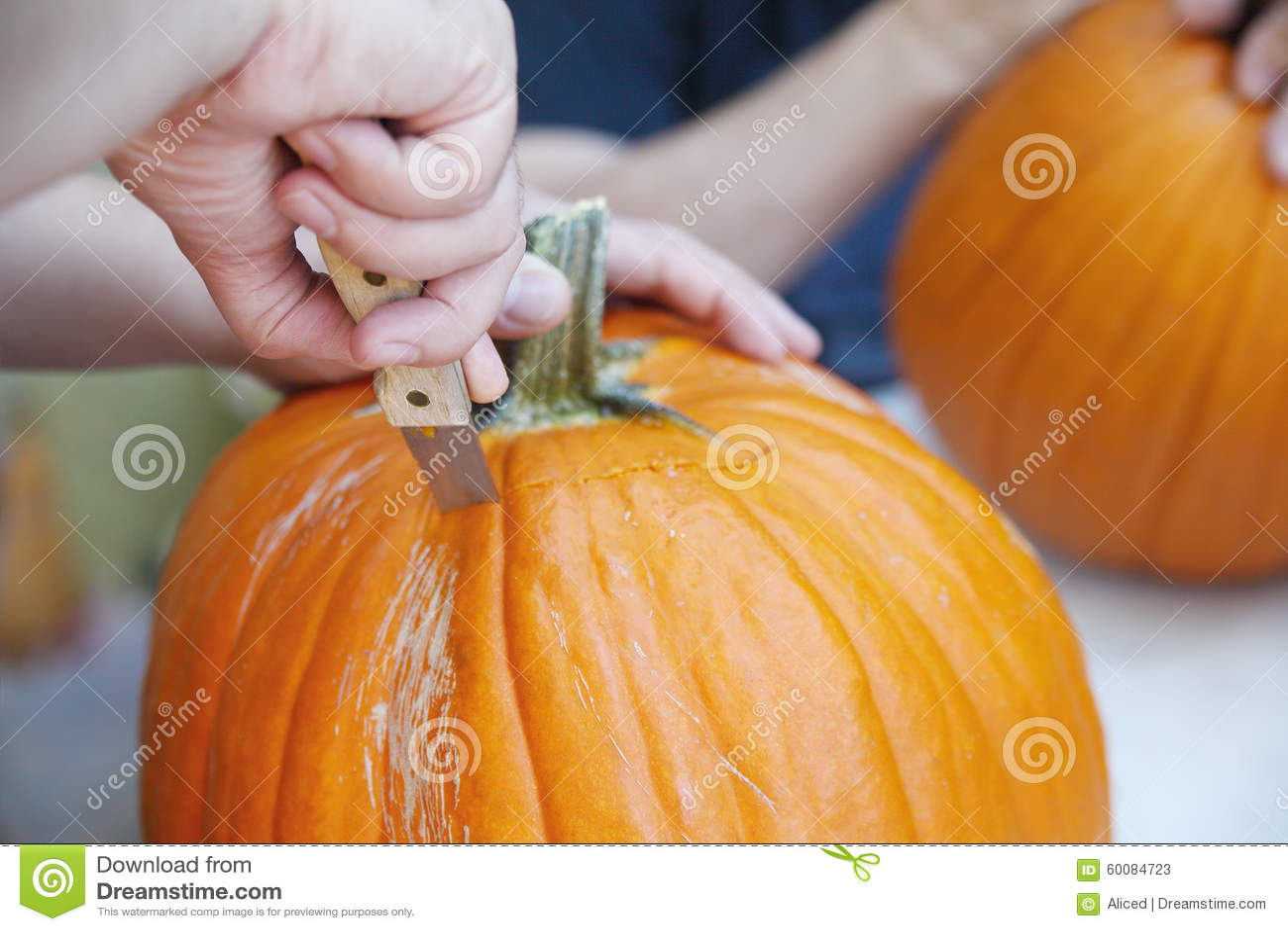De mens hakt halloween het deksel van de hefboomo 39 lantaarn uit stock foto afbeelding 60084723 - Deksel van de boom ...