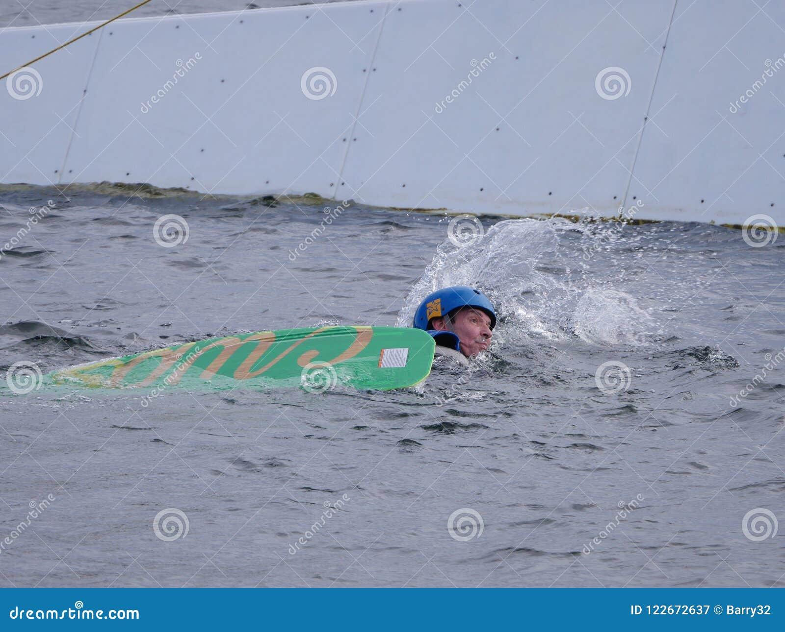 De mens is in het water terwijl Kielzog het inschepen gevallen