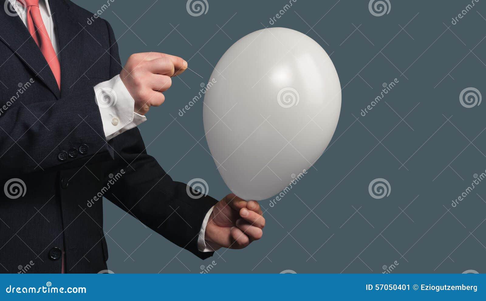 De mens in Kostuum laat een Ballon met een naald barsten