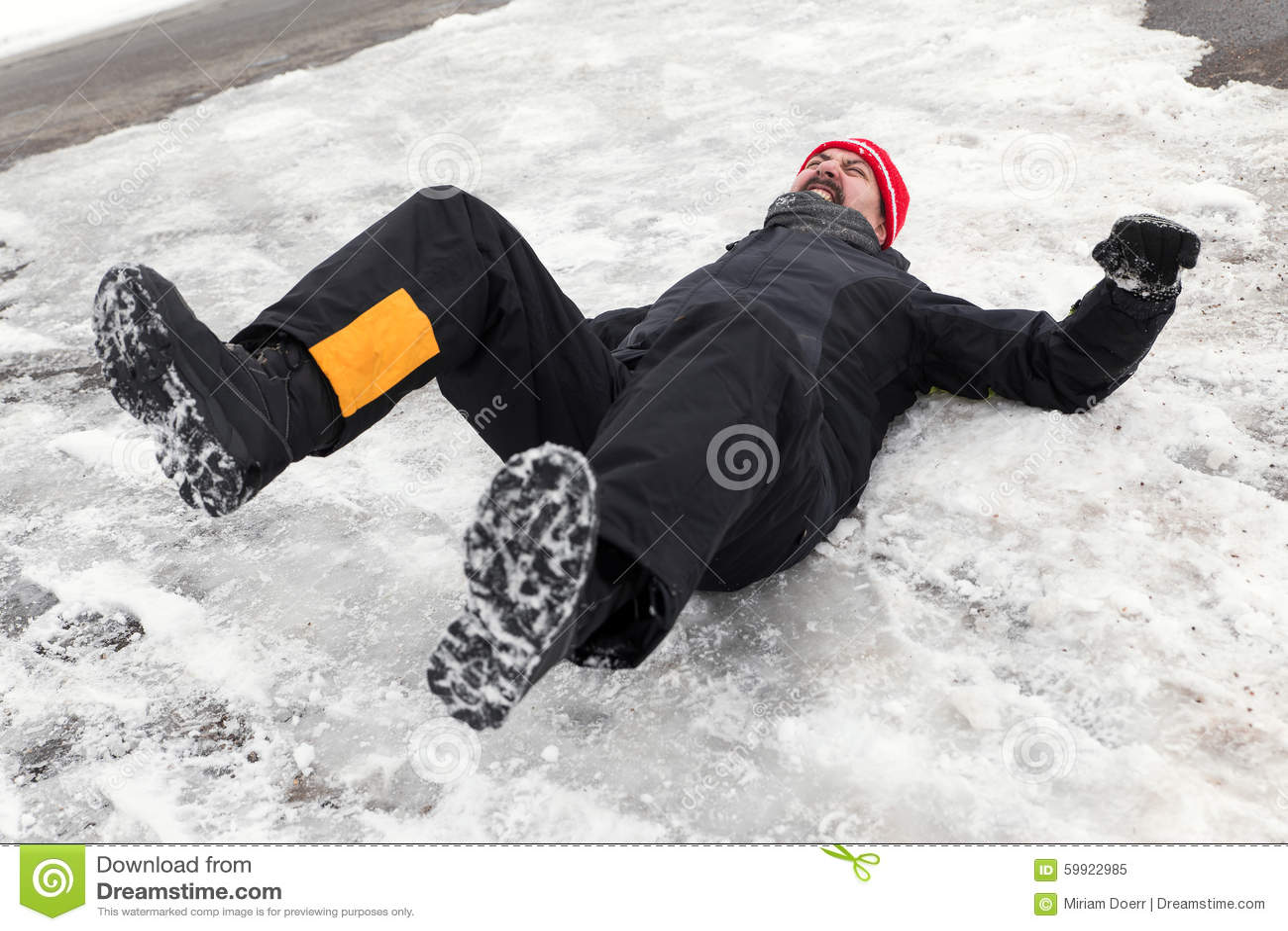 De mens ligt op een ijzige manier
