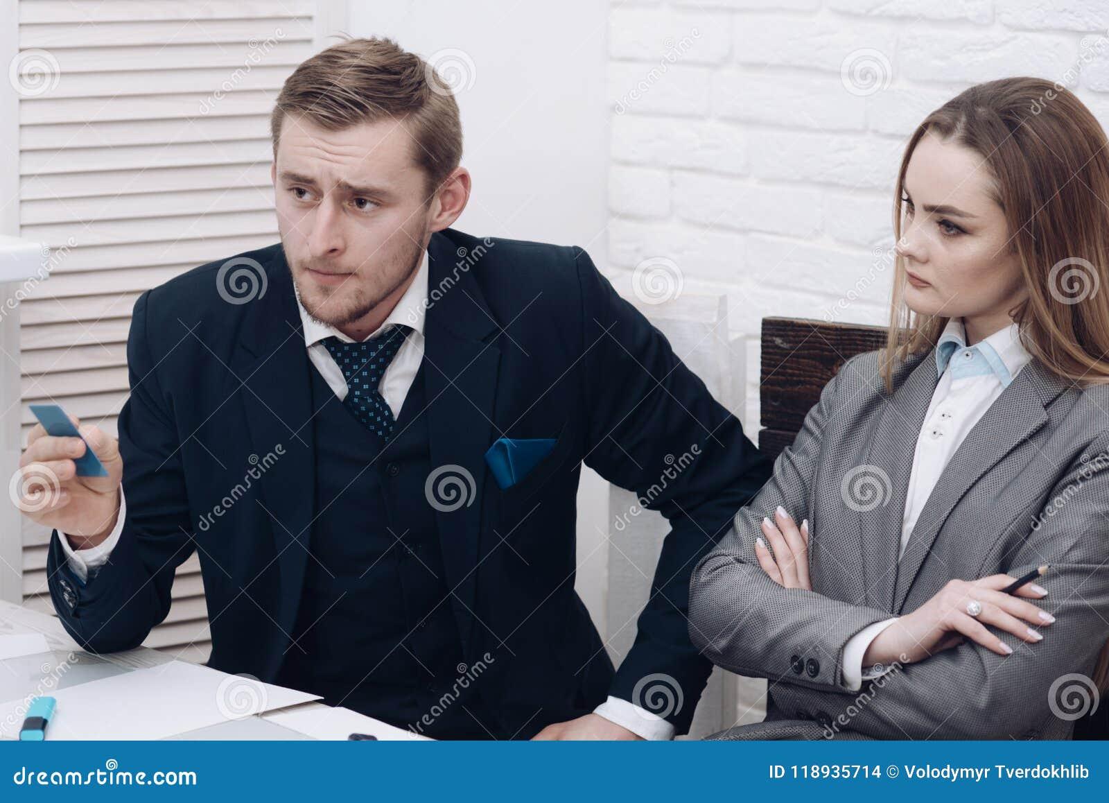 De mens met baard houdt plastic bezoekkaart Het introduceren van concept Partners of zakenman op vergadering, bureau