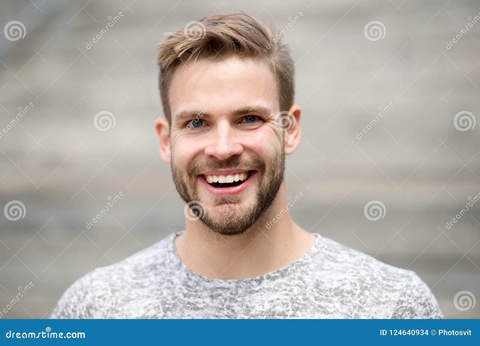 De mens met perfect briljant glimlach ongeschoren gezicht defocused achtergrond Kerel gelukkige emotionele uitdrukking in openluc