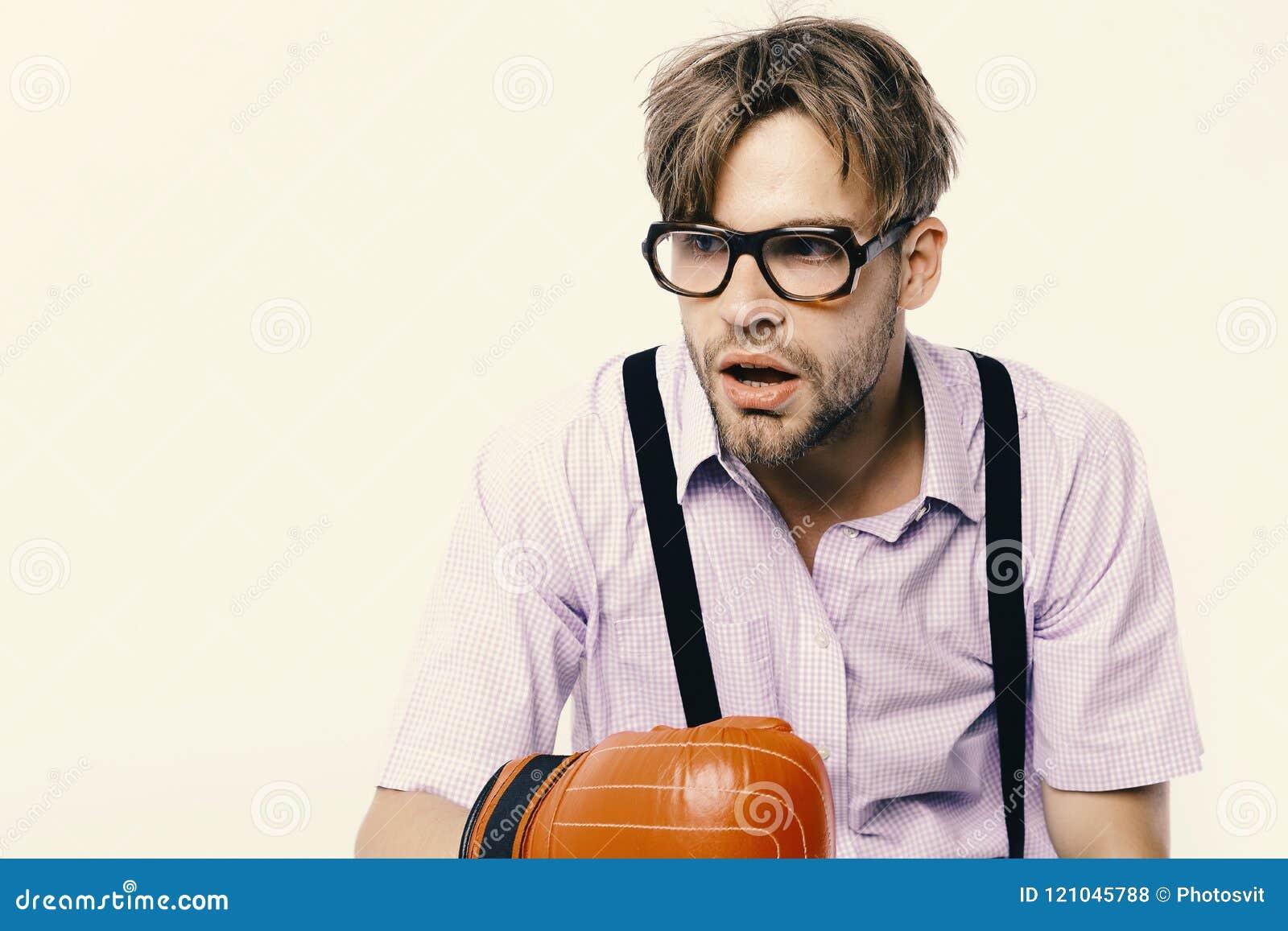 De mens met varkenshaar en saai gezicht draagt bokshandschoenen