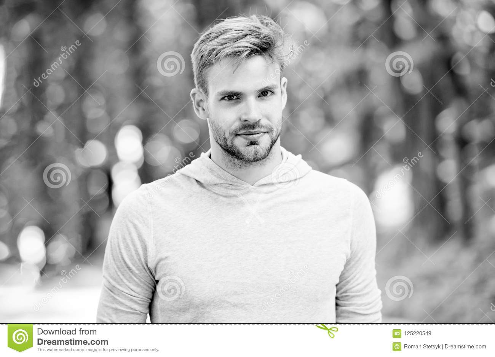 De mens met varkenshaar op kalm gezicht, aardachtergrond, defocused De zorgconcept van de huid De mens met baard of ongeschoren k