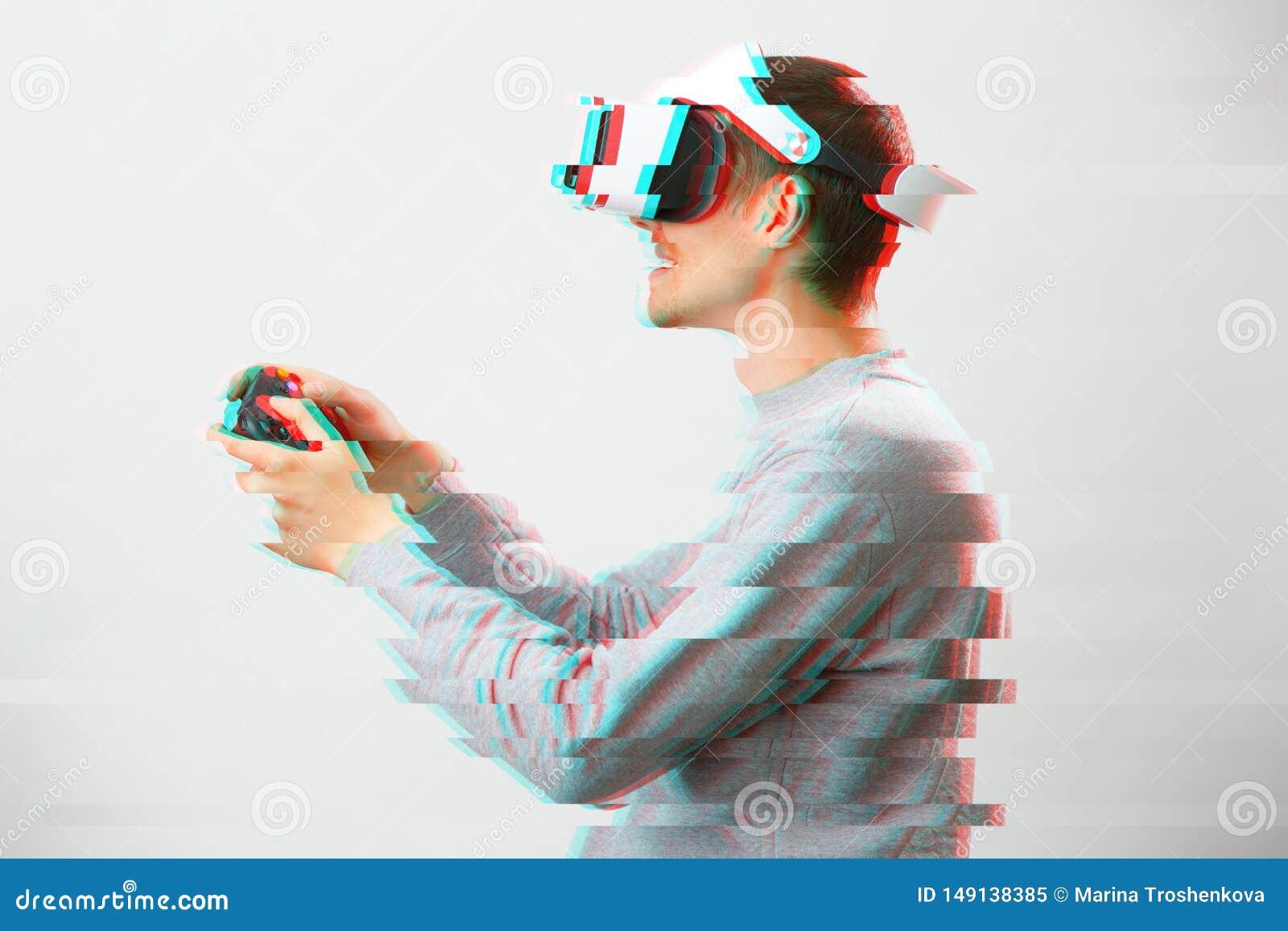 De mens met virtuele werkelijkheidshoofdtelefoon speelt spel Beeld met glitch effect