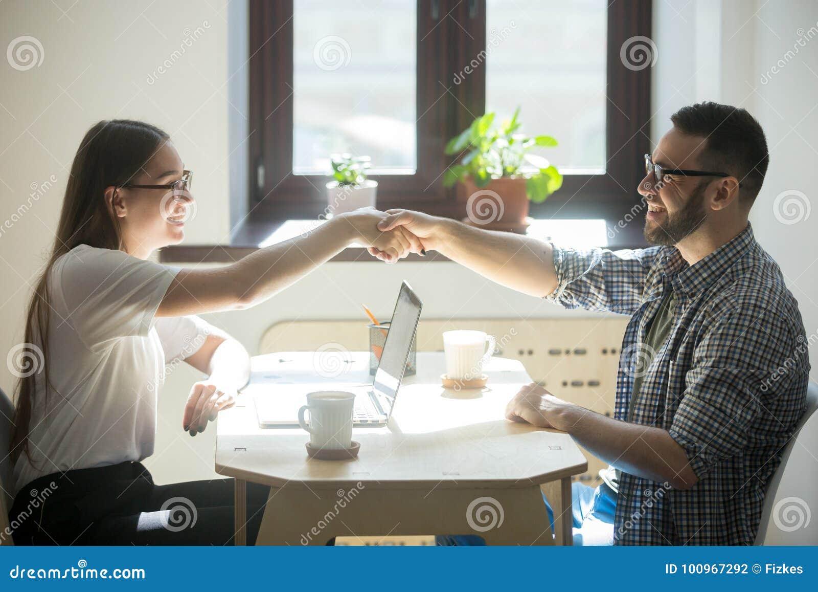 De mens ontmoet financiële adviseur voor het krijgen van een nieuwe huislening