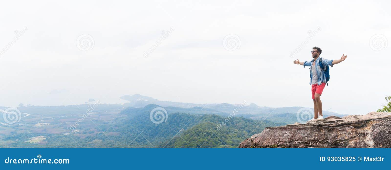 De mens op Berg Piek het Opheffen Handen met Rugzakken geniet van het Concept van de Landschapsvrijheid, Jong Guy Tourist