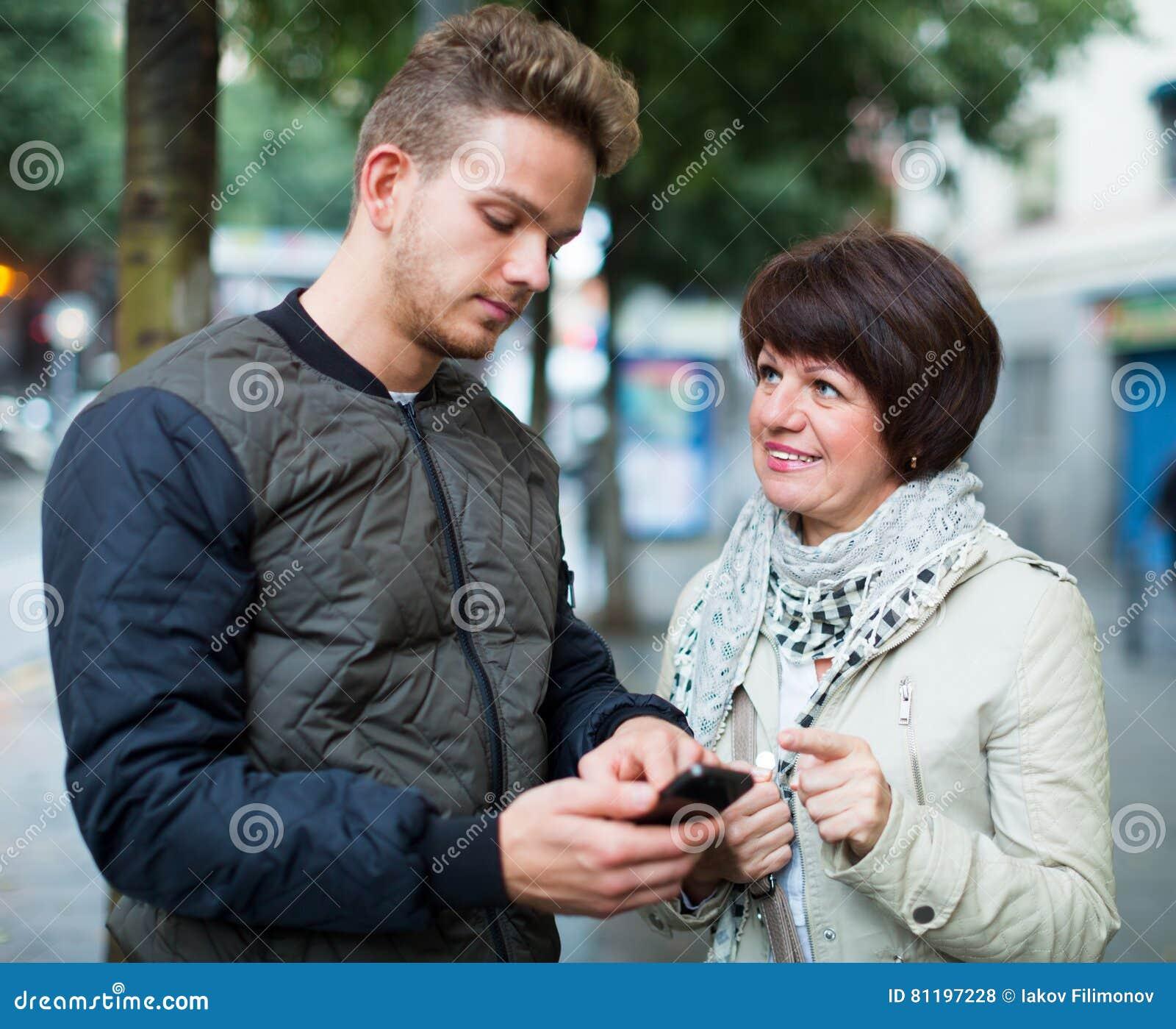 De mens richt de richting met smartphone