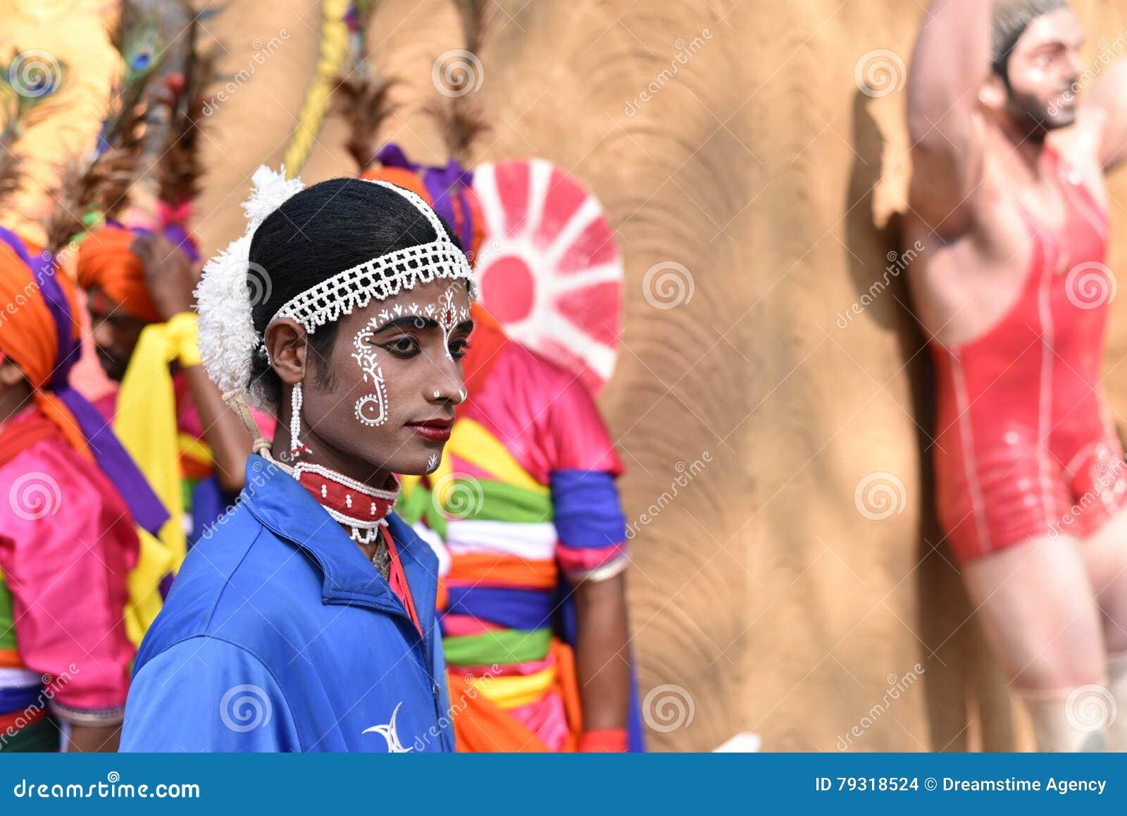 De mens in traditionele Indische etnisch maakt omhoog kledij, genietend van de markt
