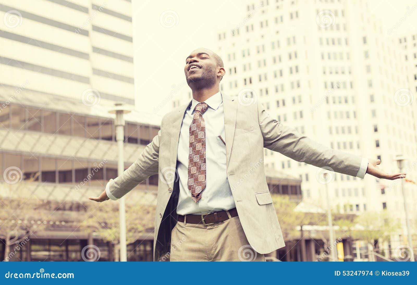De mens viert vrijheidssucces bewapent het opgeheven omhoog kijken