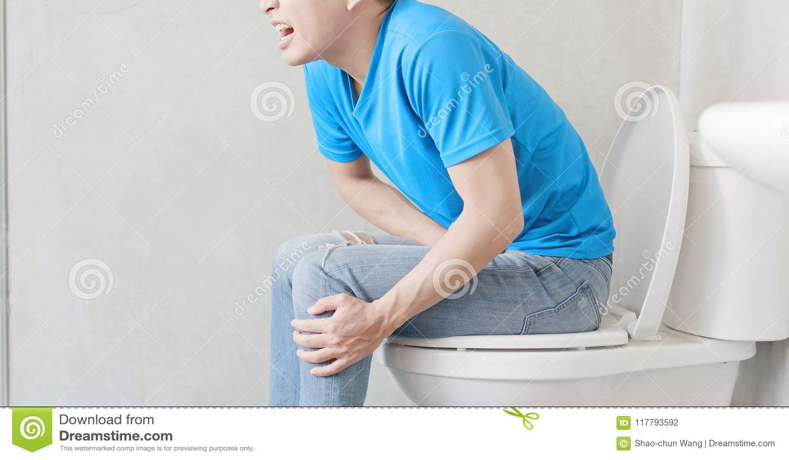 De mens voelt pijn met constipatie