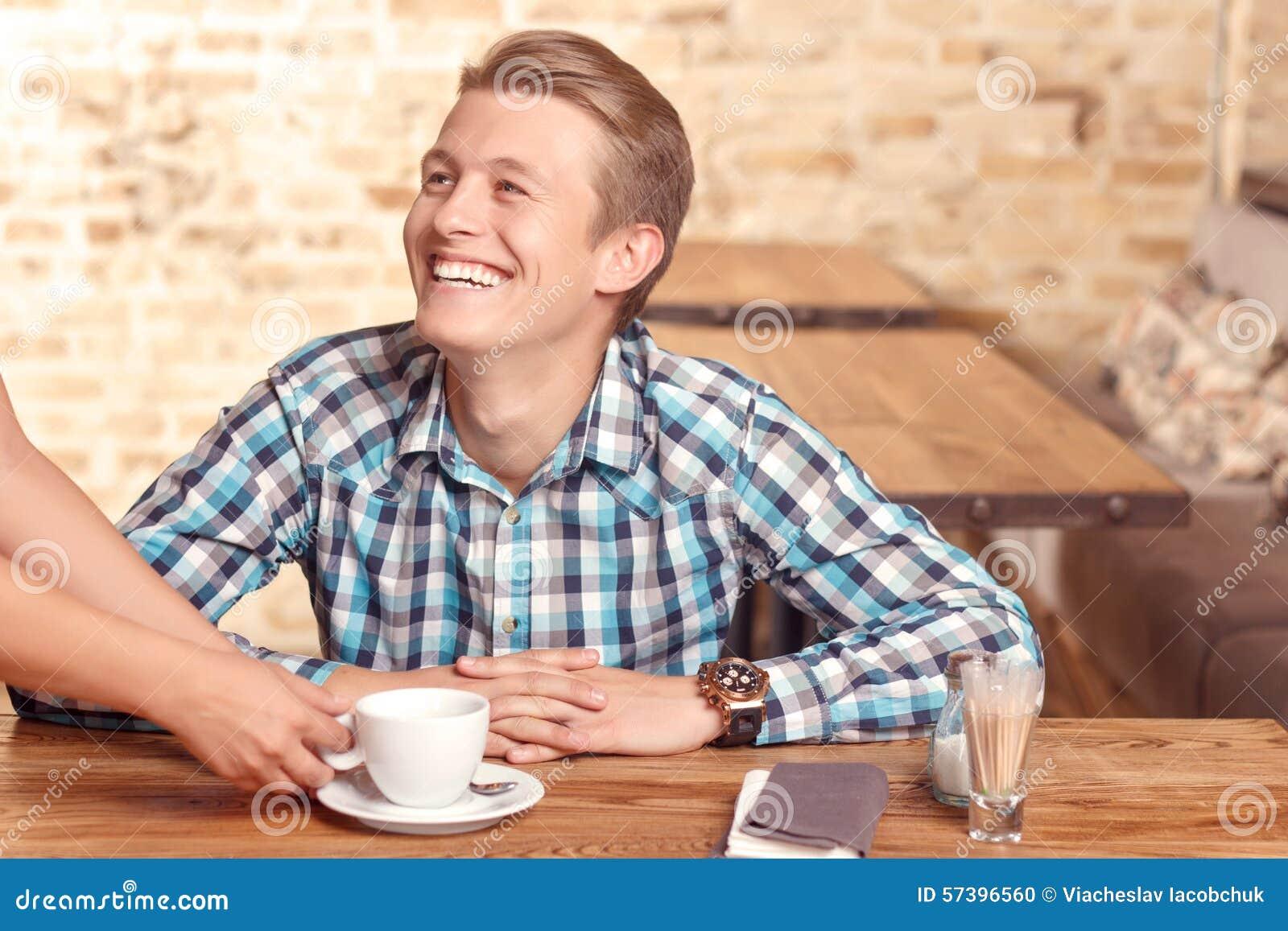 De mens wordt gediend in koffie