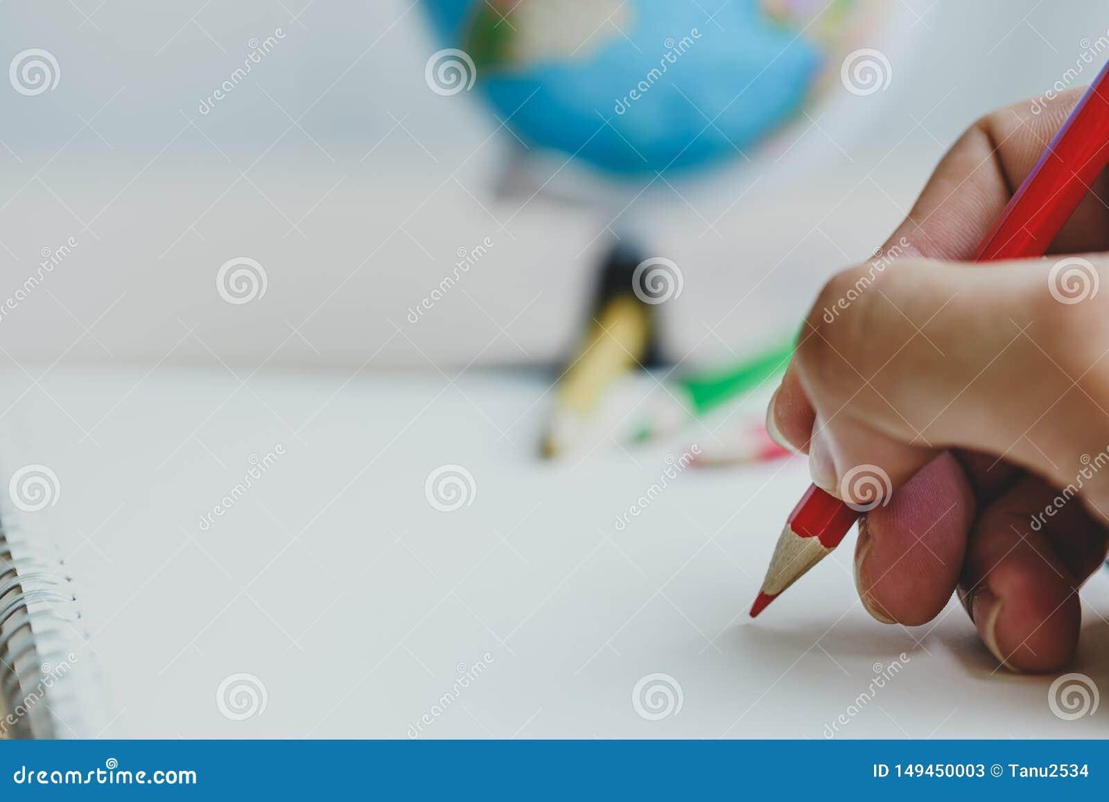 De menselijke kleurpotloden die van het handgebruik iets trekken op Witboek