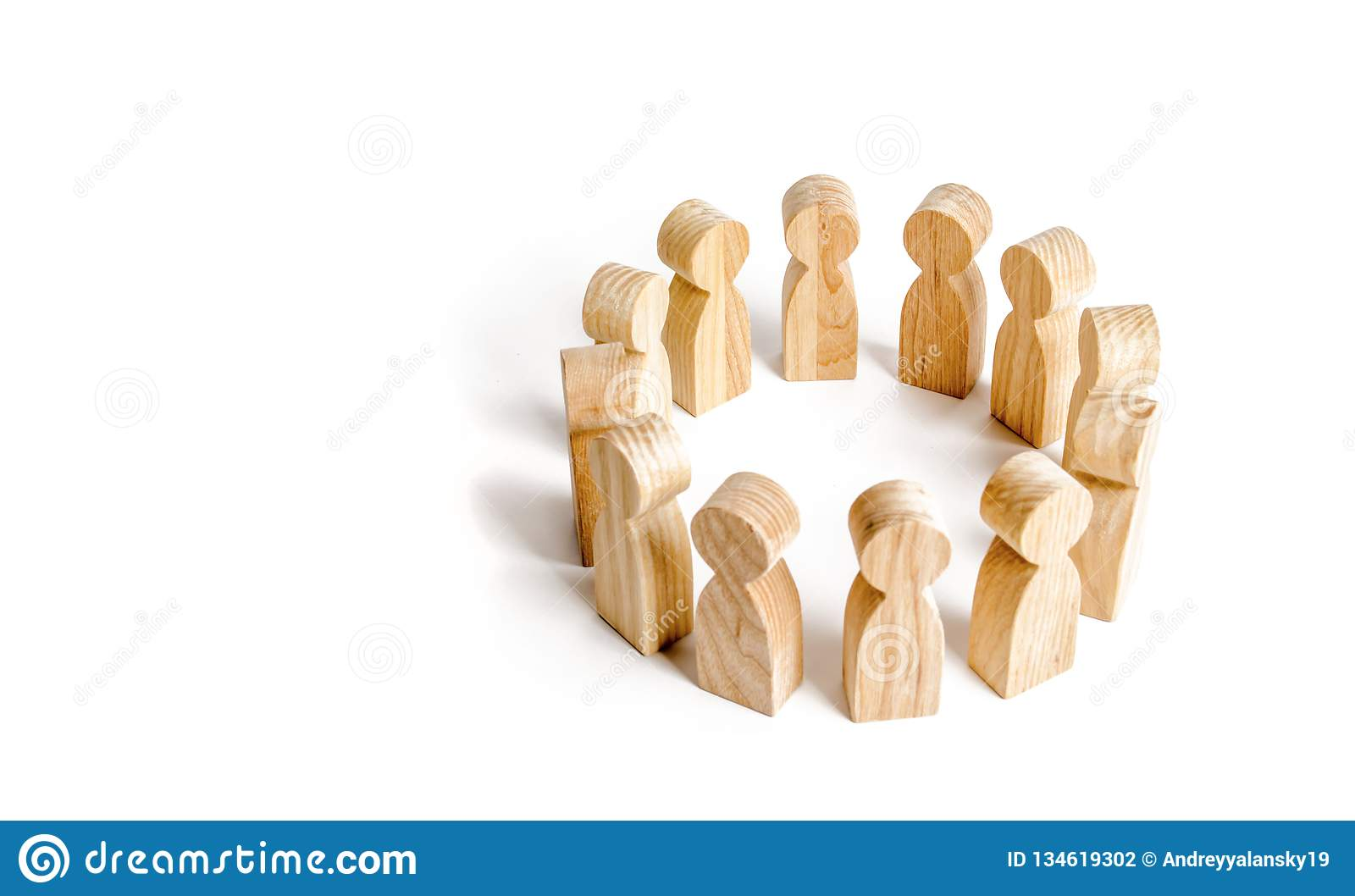 De mensen bevinden zich in een cirkel op een witte achtergrond Mededeling Commercieel team, groepswerk, teamgeest Houten cijfers