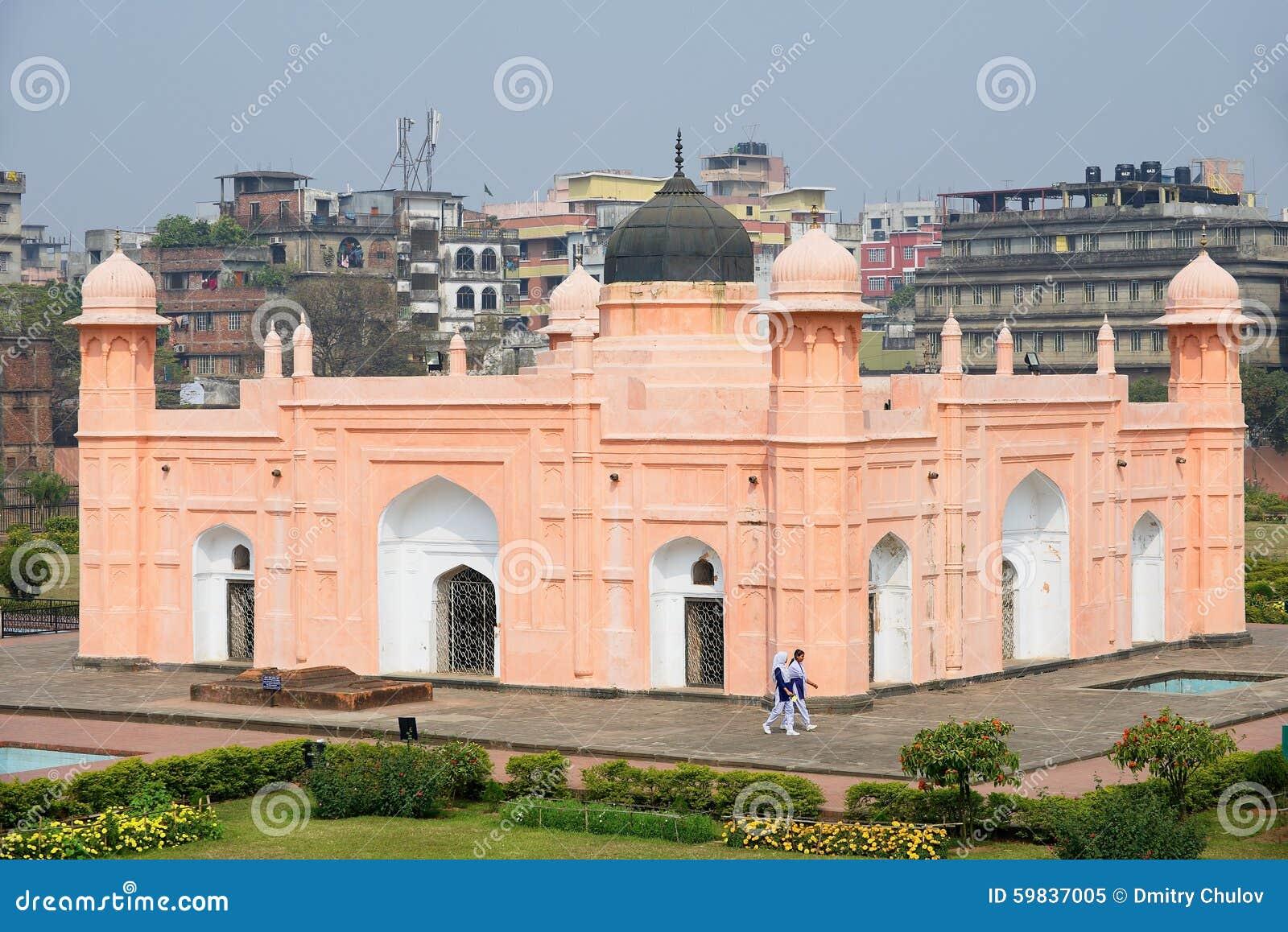 De mensen bezoeken mausoleum van Bibipari in Lalbagh-fort in Dhaka, Bangladesh