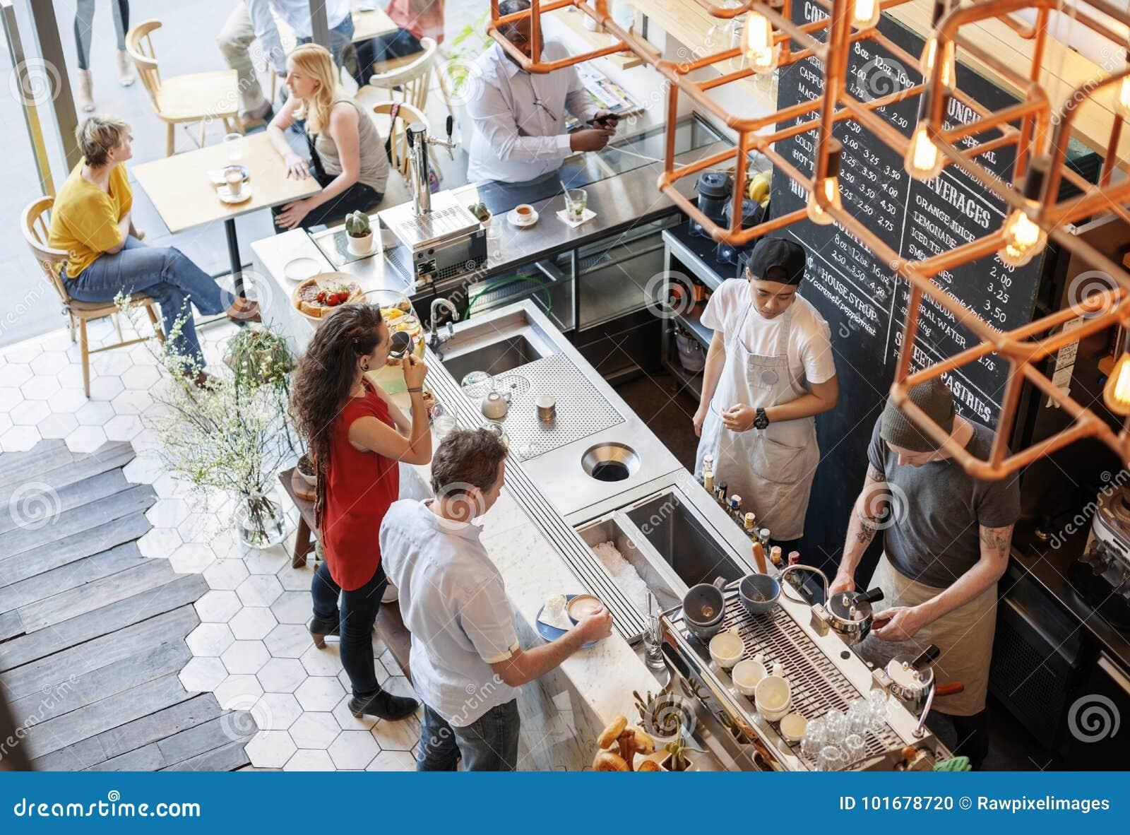 De mensen bij de koffie winkelen