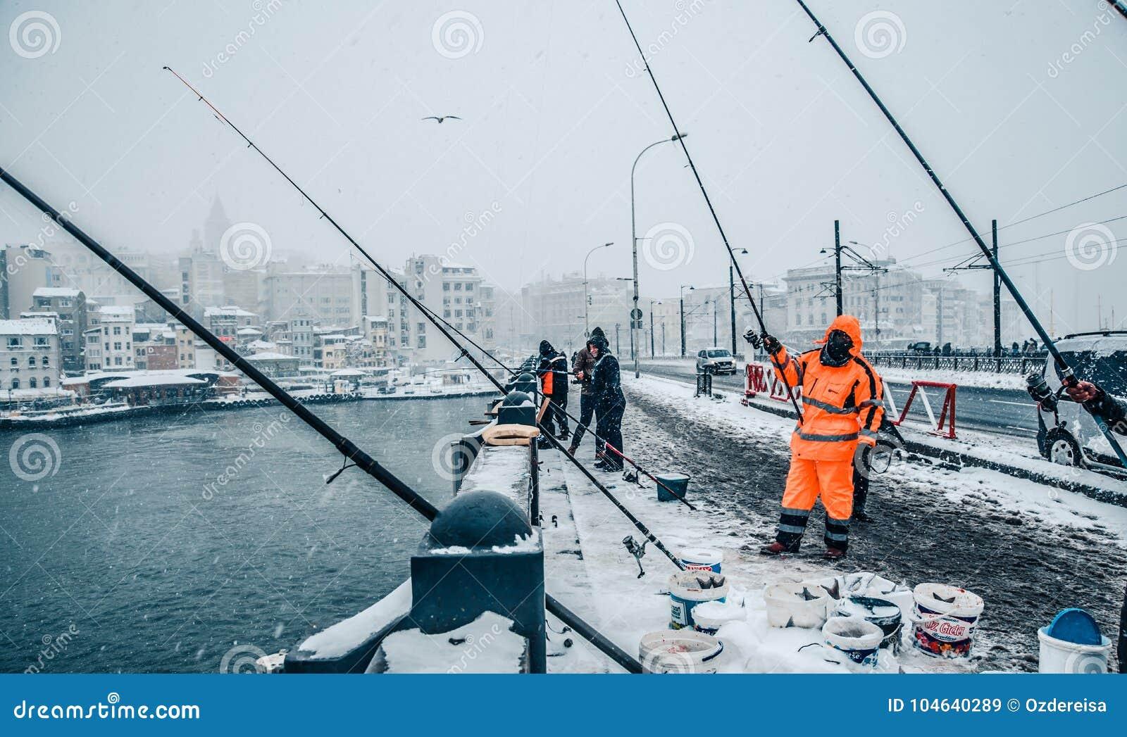 Download De Mensen Die Op Galata Vissen Overbruggen Op Een Sneeuwdag In De Winter Redactionele Stock Afbeelding - Afbeelding bestaande uit visserij, gouden: 104640289