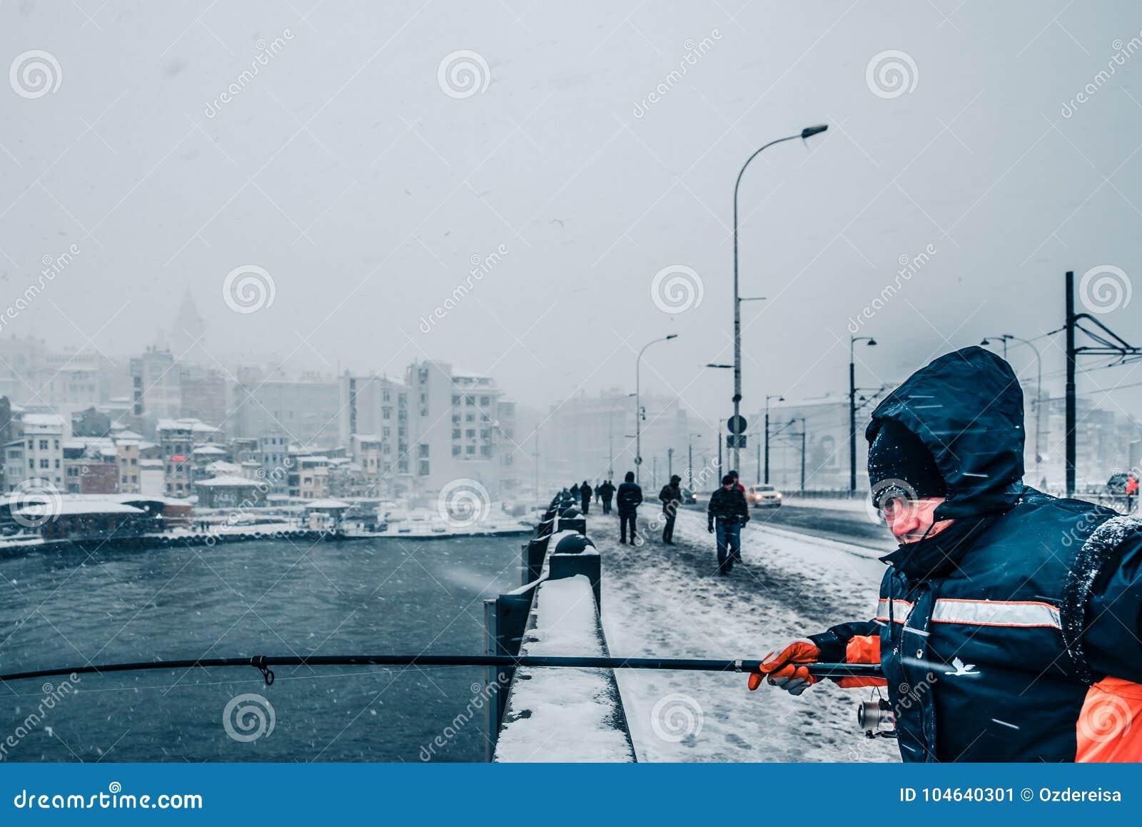 Download De Mensen Die Op Galata Vissen Overbruggen Op Een Sneeuwdag In De Winter Redactionele Foto - Afbeelding bestaande uit hoorn, istanboel: 104640301