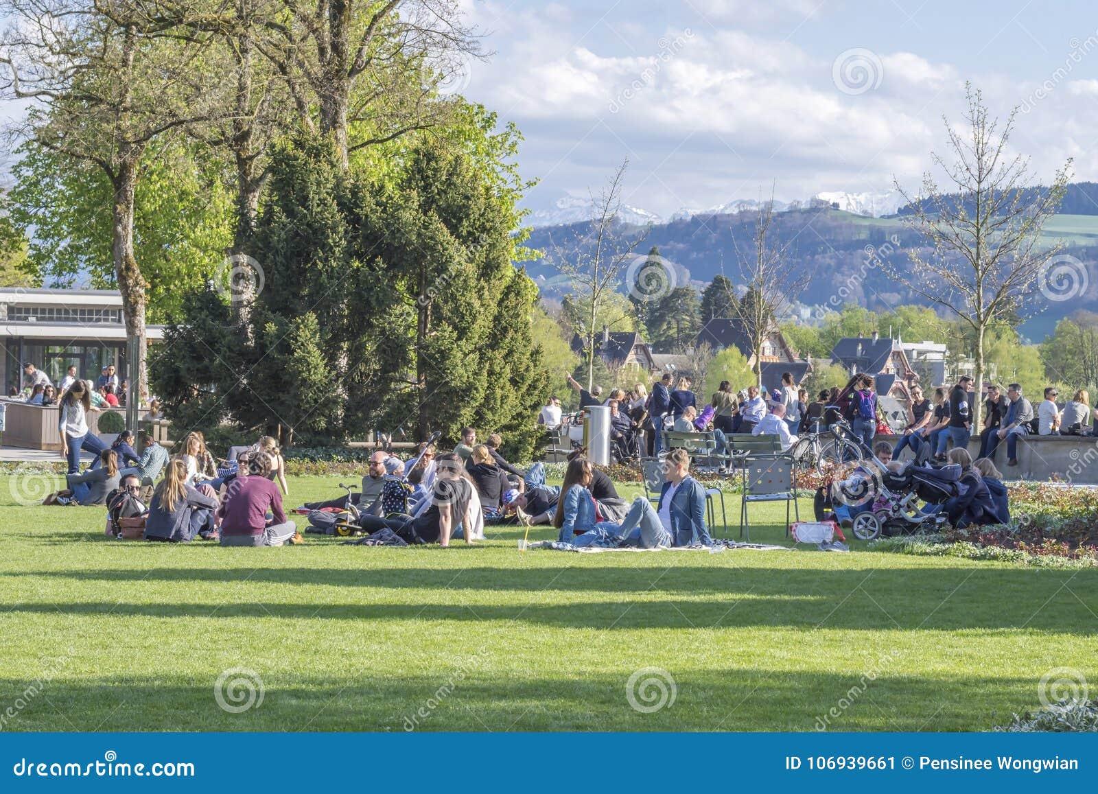 Park Als Tuin : De mensen die in rosengarten ontspannen de roze tuin zijn een