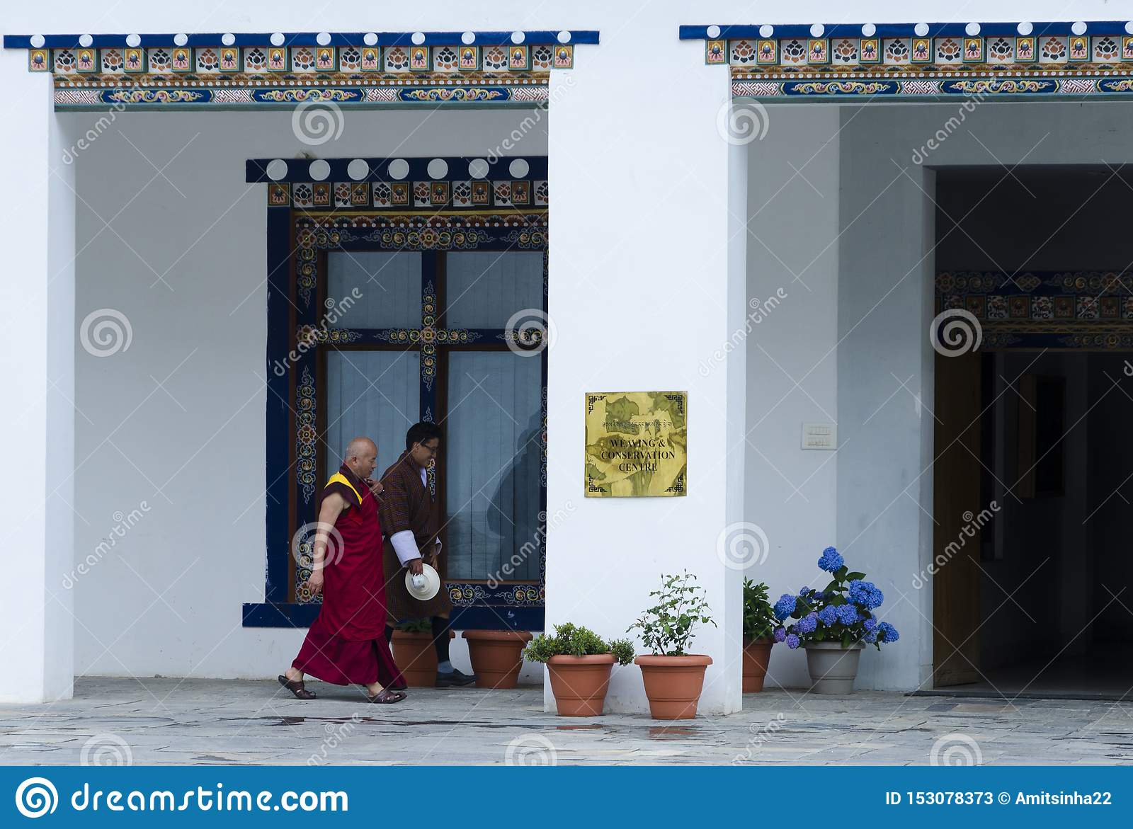 De mensen die in traditionele kleding lopen