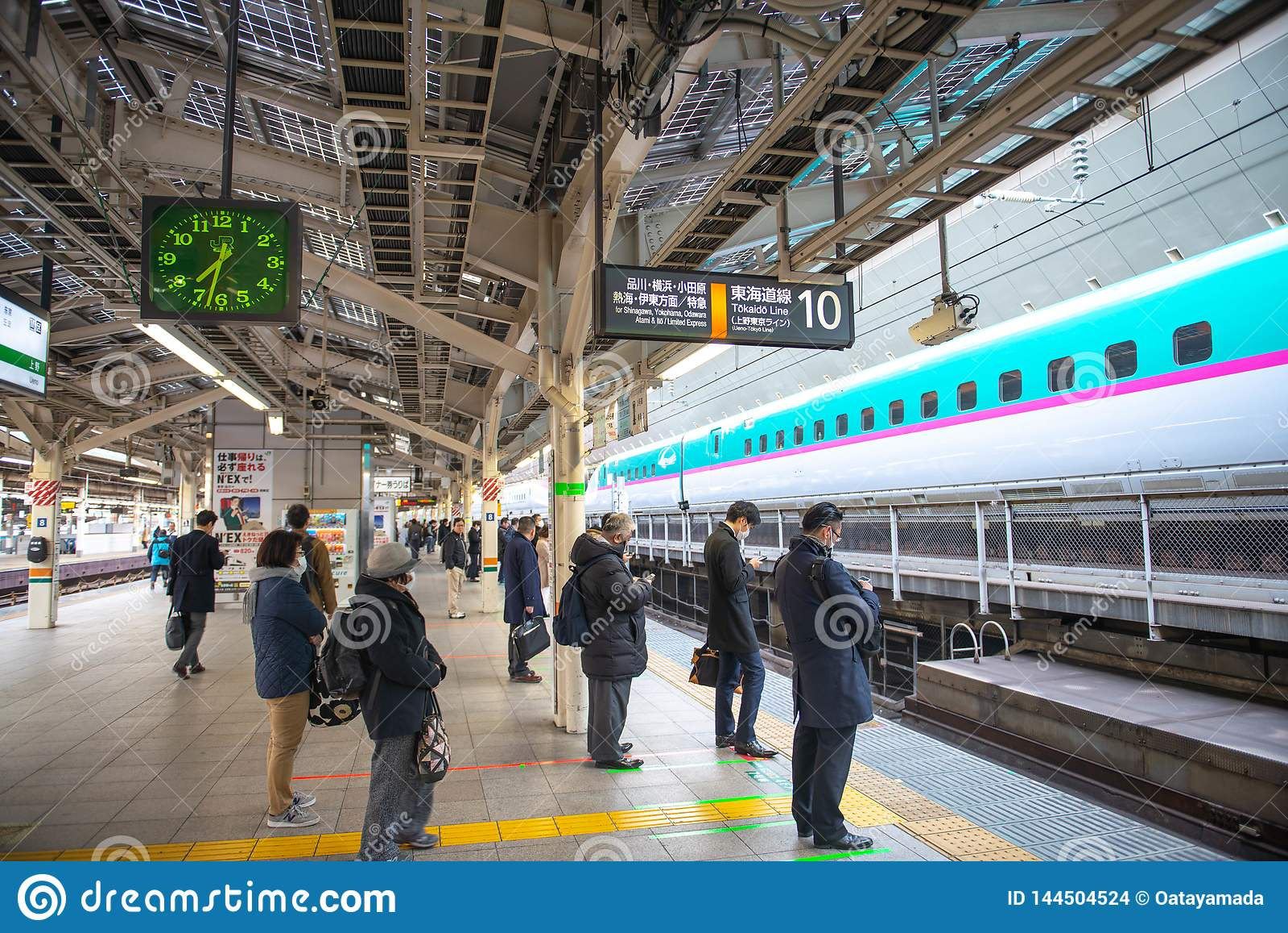 De mensen die wachten op shinkansen ultrasnelle trein