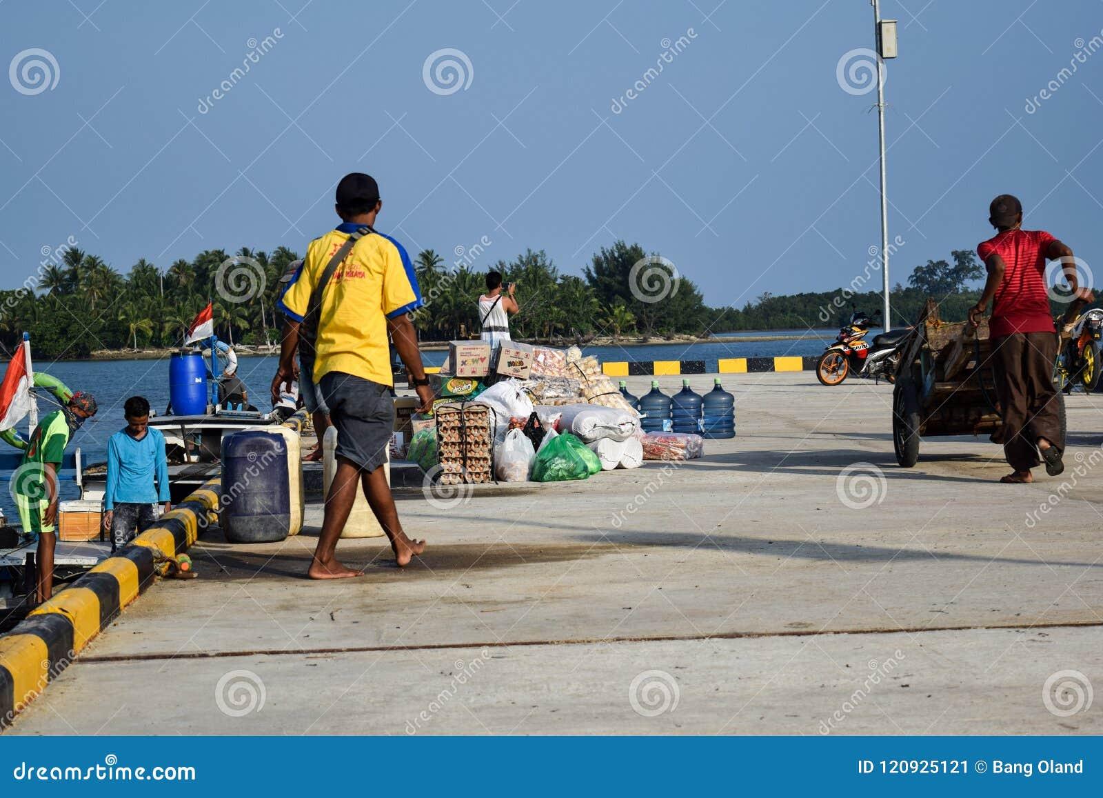 De mensen drijven in een grote verscheidenheid van verkoop handel bij Sebesi-Dokken in Lampung, in Indonesië