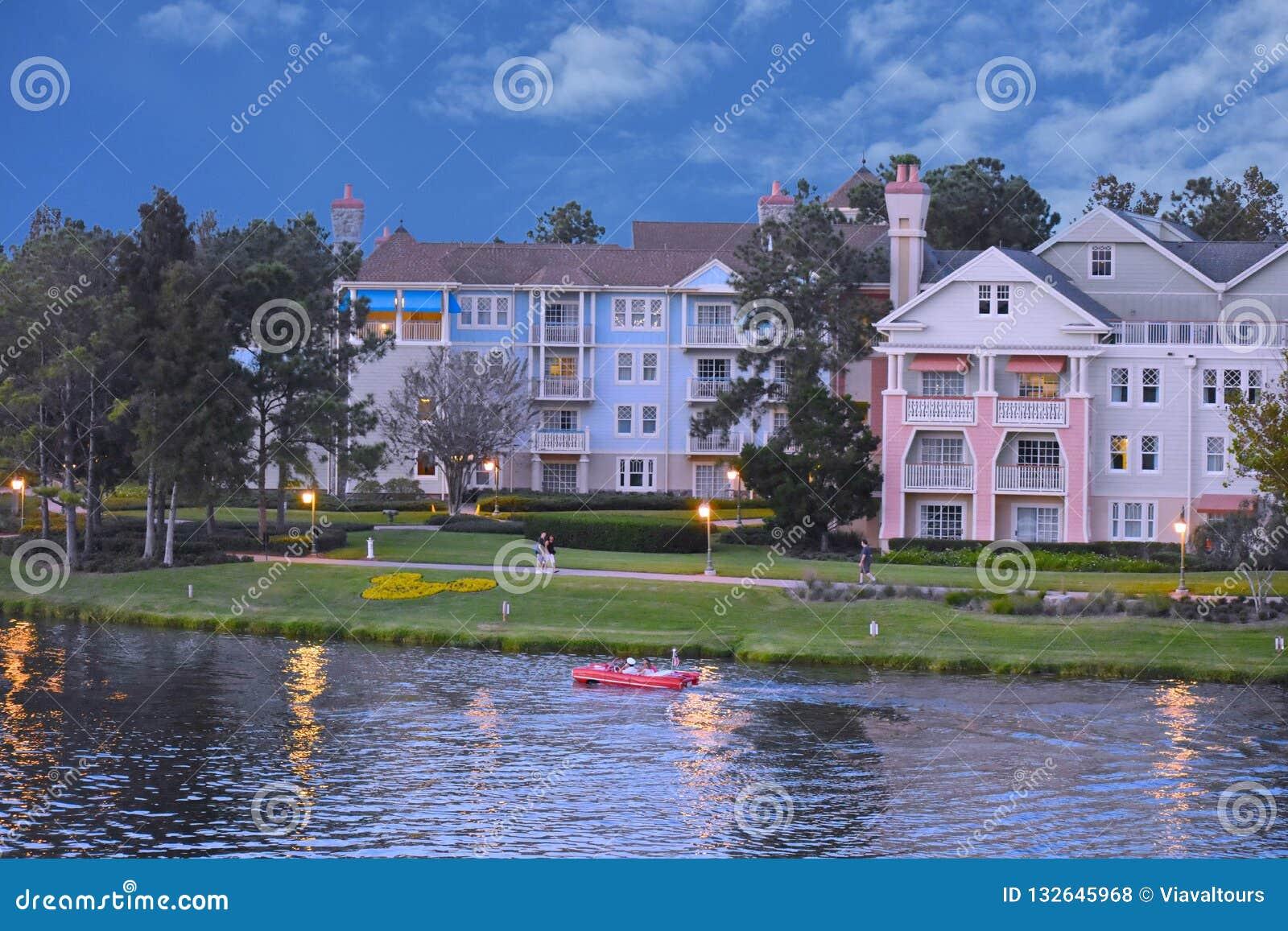 De mensen genieten van amphicar rit op victorian achtergrond van het stijlhotel bij het Uitzicht van Meerbuena