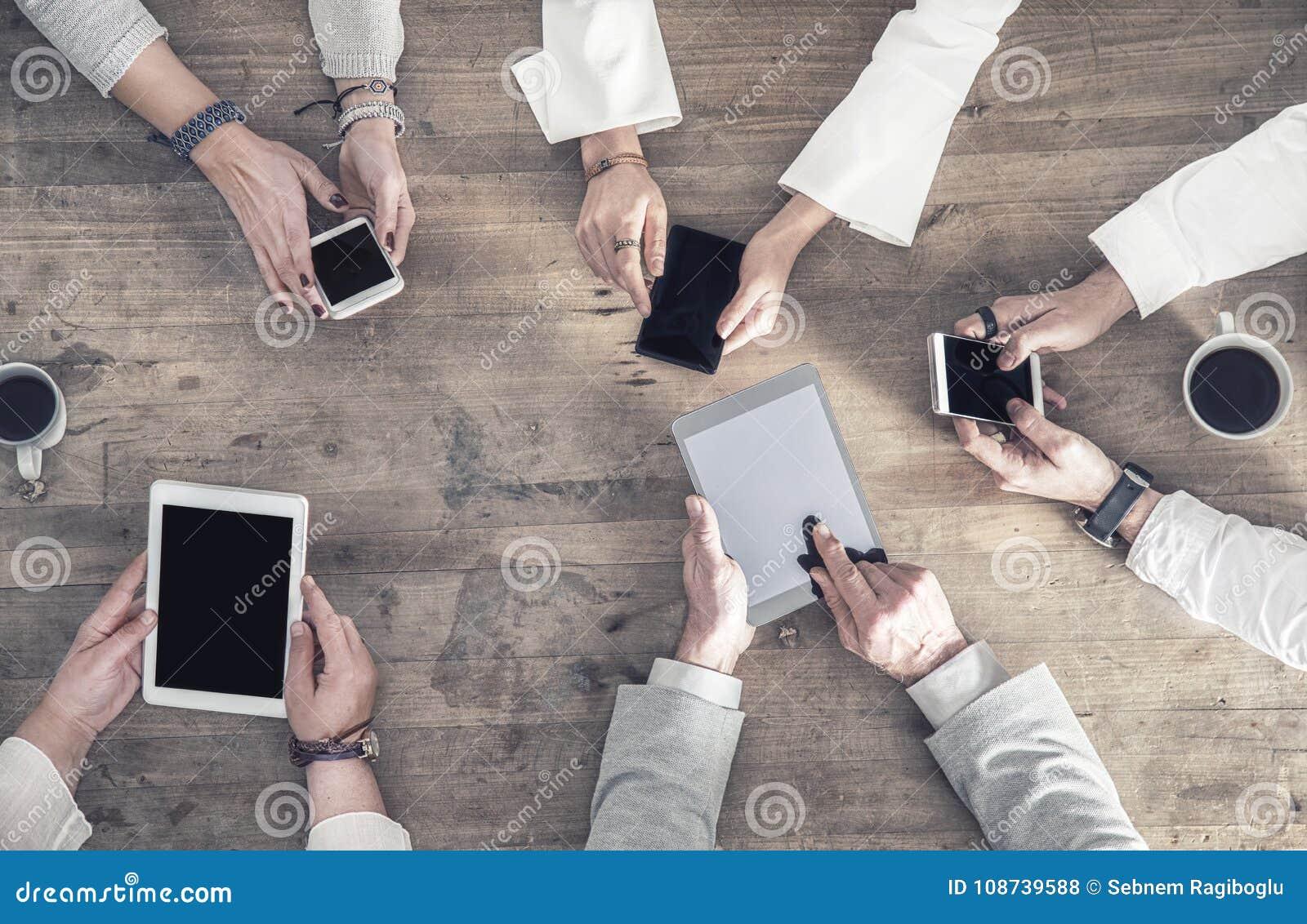 De mensen houden hun mobiles op hun hand