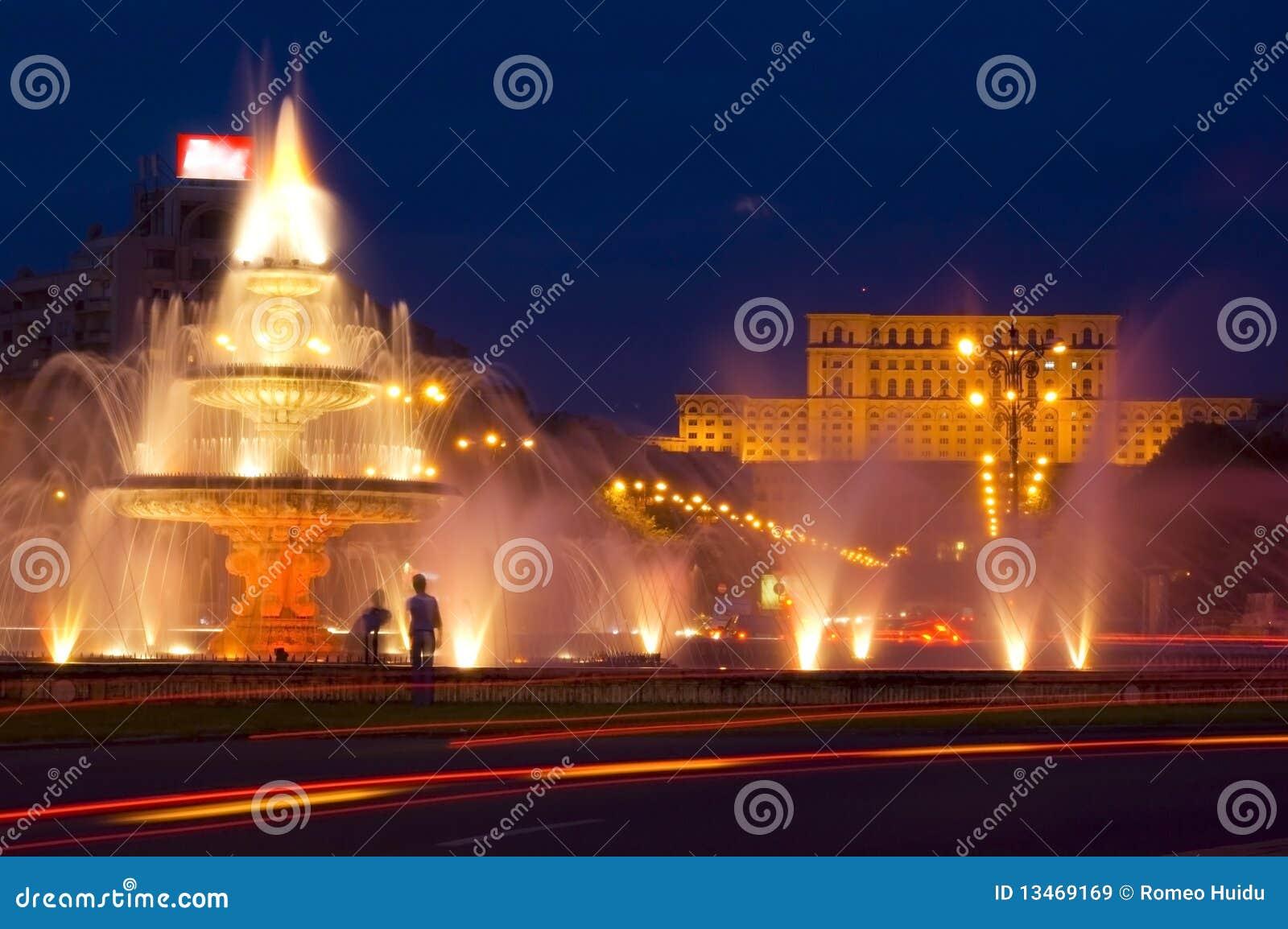 De mensen huisvesten bij nacht in Boekarest