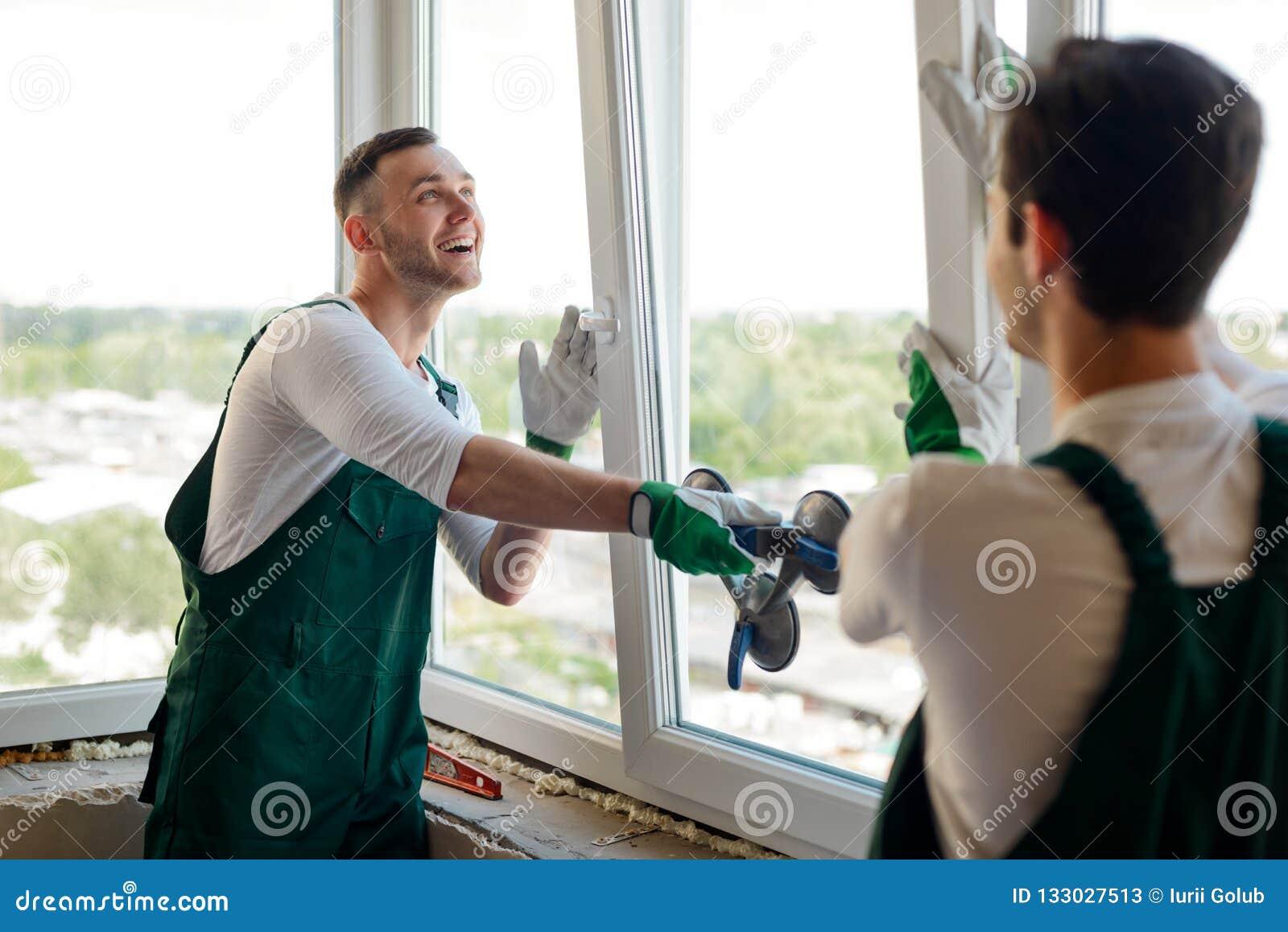 De mensen installeren een venster
