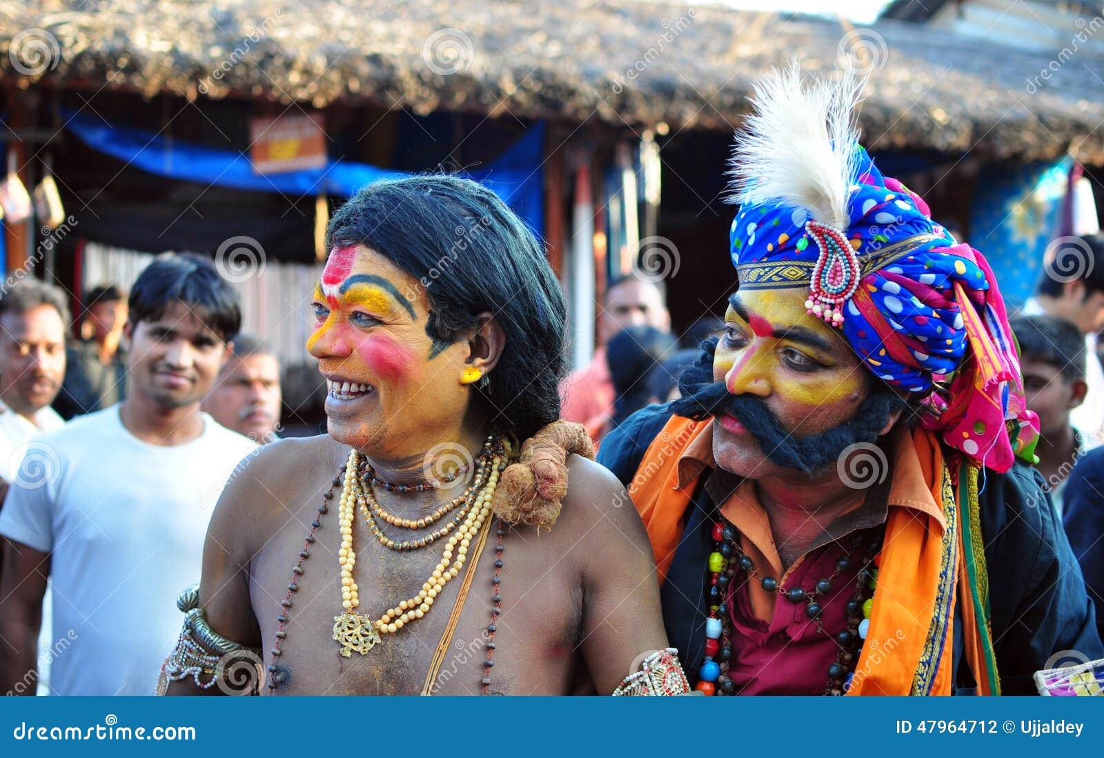 De mensen kleedden zich omhoog als mythologische karakters in India