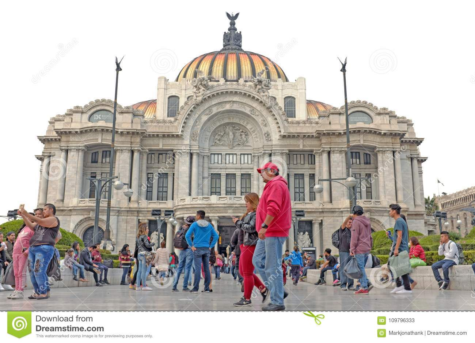 De mensen komen buiten de Jugendstil Palacio DE Bella Artes in Mexico-City, Mexico samen