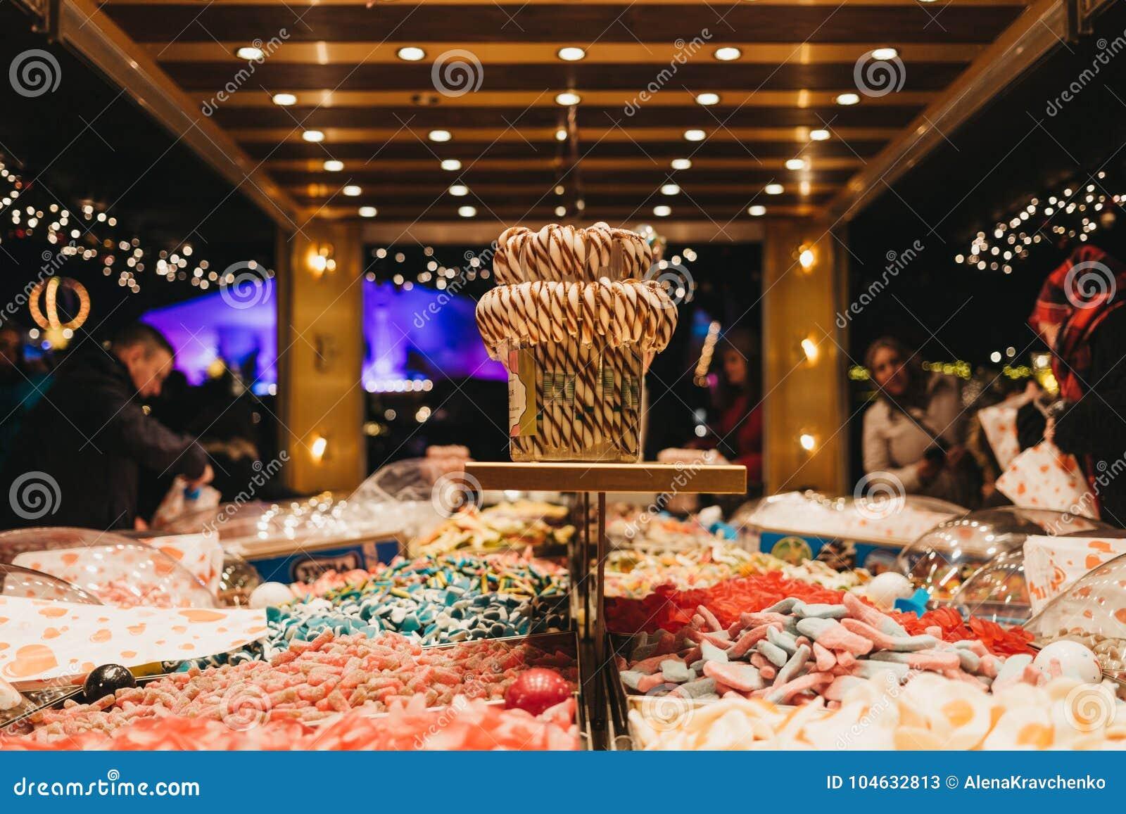 Download De Mensen Kopen Snoepjes Bij De Box Van De Oogst` N ` Mengeling In De Markt Van Het De Wintersprookjesland In Londen Redactionele Stock Foto - Afbeelding bestaande uit stad, feestelijk: 104632813
