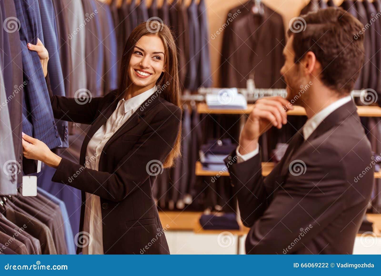 De mensen in kostuum winkelen