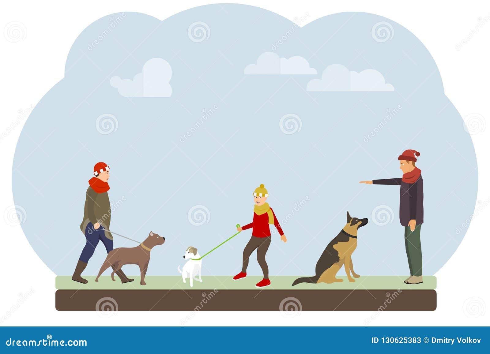 De mensen lopen hun honden in het park De mensen leiden en lopen hun honden tegen de hemel op