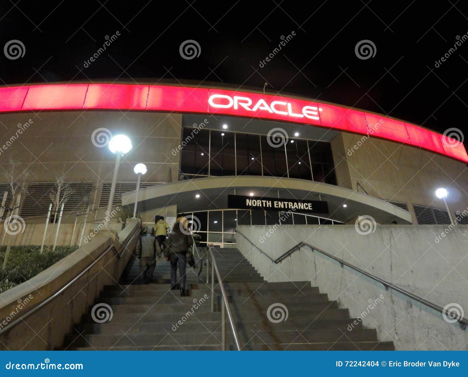 De mensen lopen omhoog tredegeval aan de Oracle-Arena