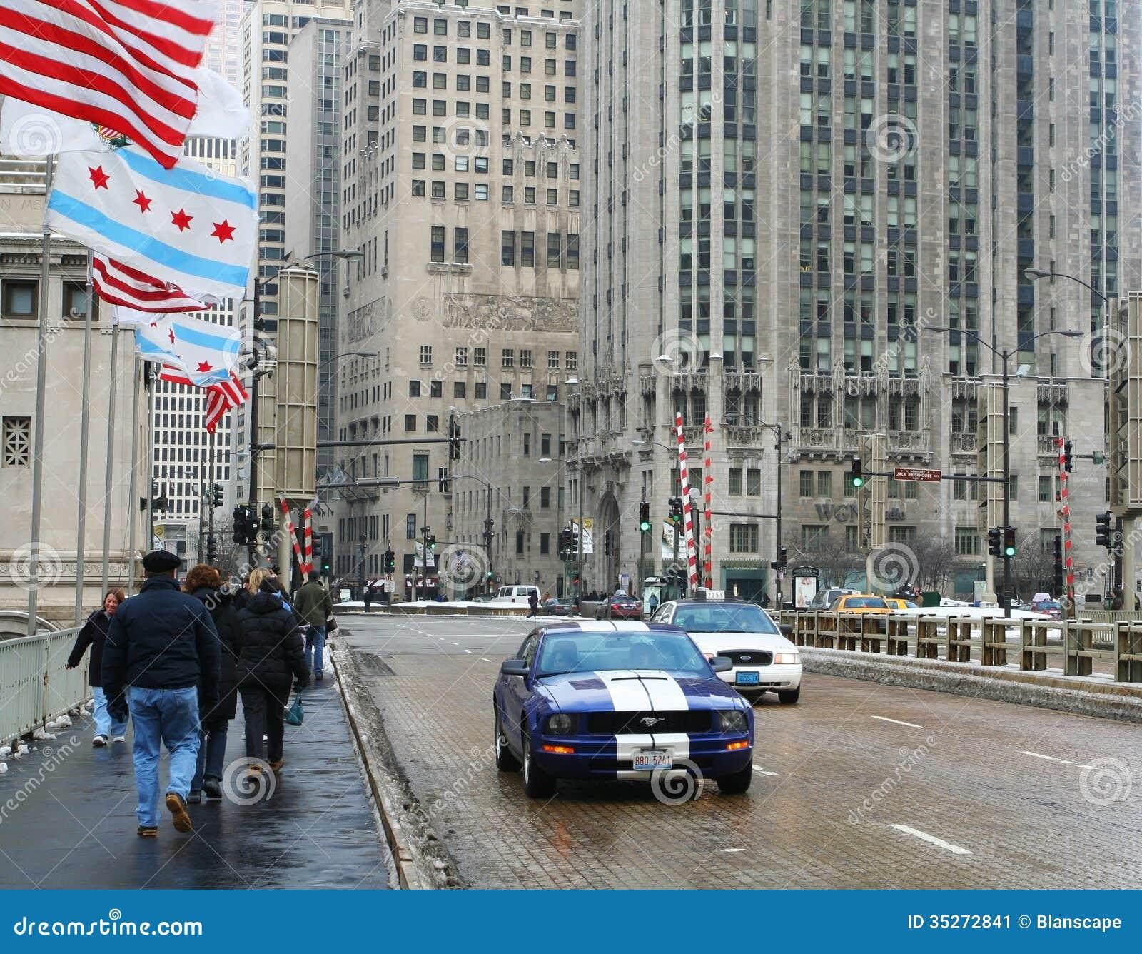 De mensen lopen op de wegbrug van Michigan in Chicago