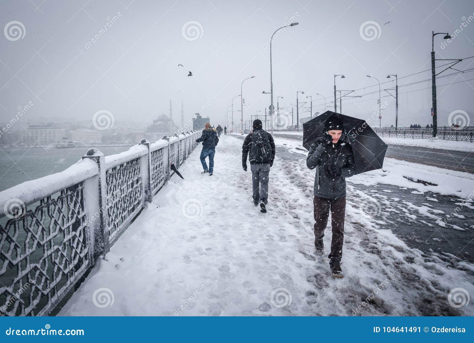 Download De Mensen Lopen Op De Galatabrug Op Een Sneeuwdag In De Winter Redactionele Foto - Afbeelding bestaande uit straat, winter: 104641491